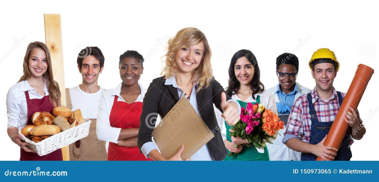 Stagiaire féminin moderne d affaires avec le groupe d autres apprentis internationaux