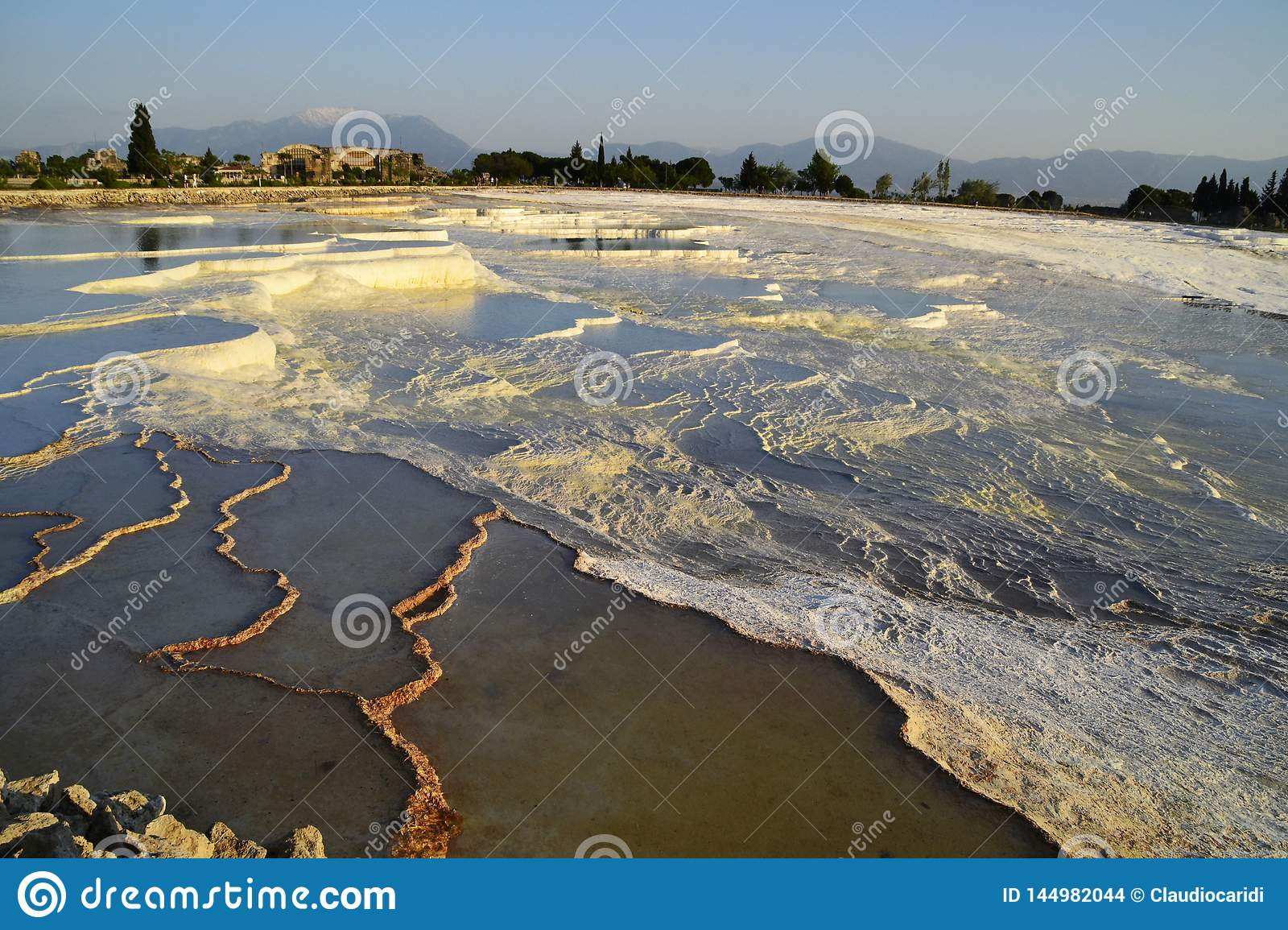 Stagni naturali del travertino in Pamukkale, Turchia