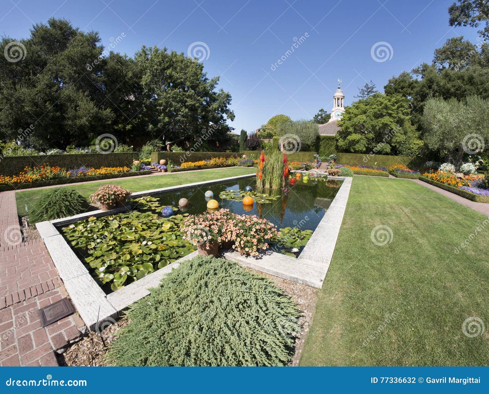 Stagno decorativo con le piante acquatiche e le sculture for Stagno in giardino