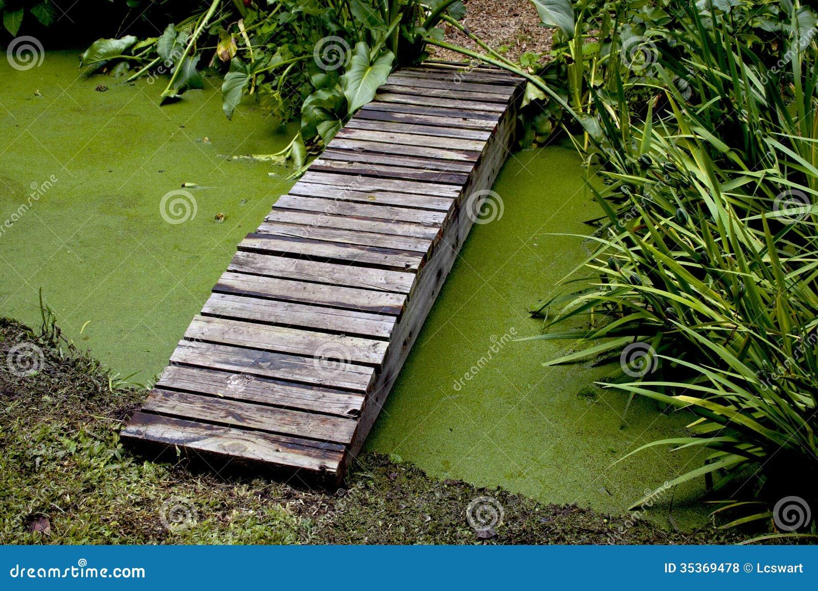 Stagno di legno dell 39 incrocio del ponte del sentiero per for Stagno in giardino