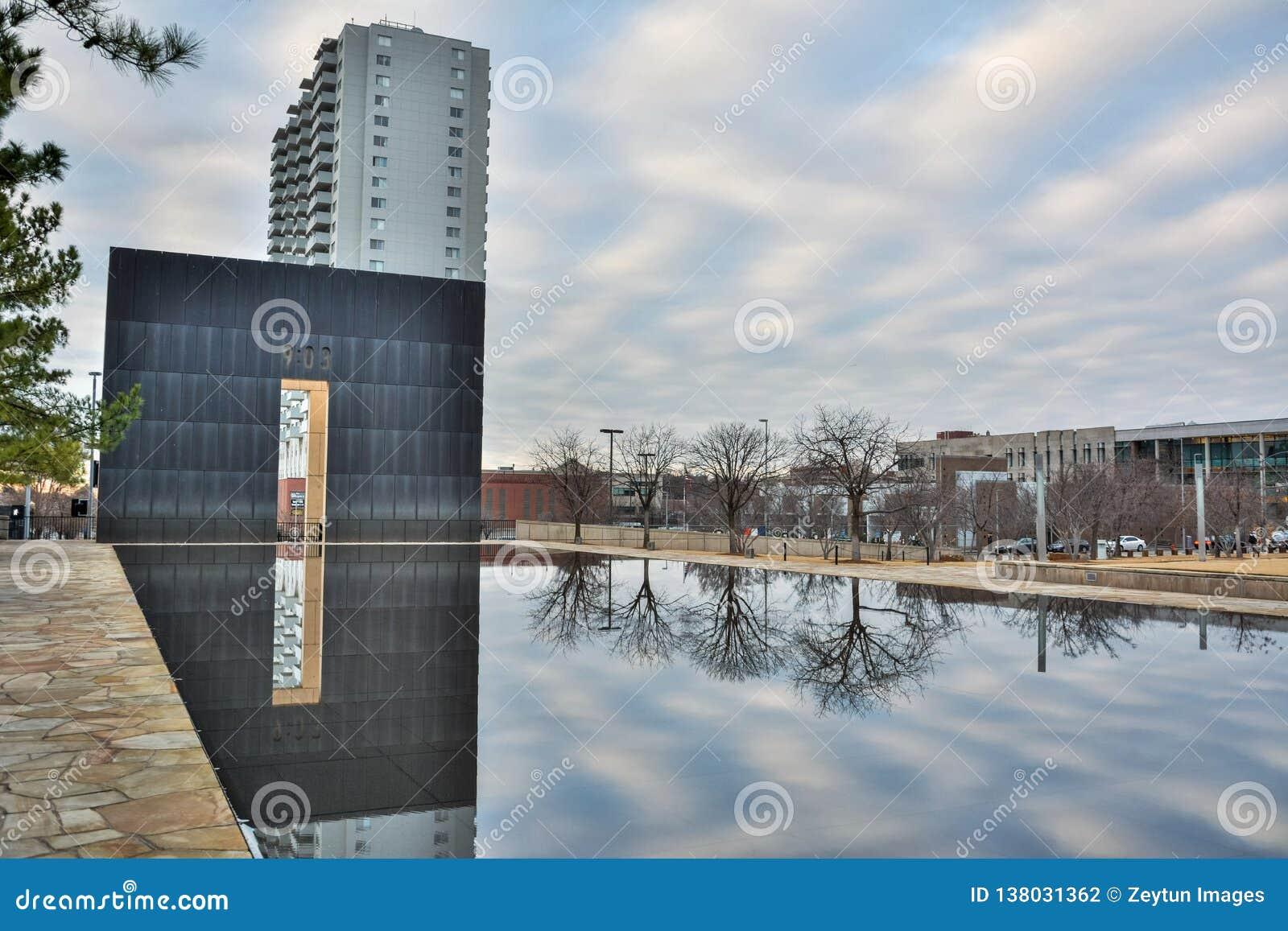 Stagno di riflessione ed i portoni di periodo del memoriale nazionale di Oklahoma City a Oklahoma City, OKAY