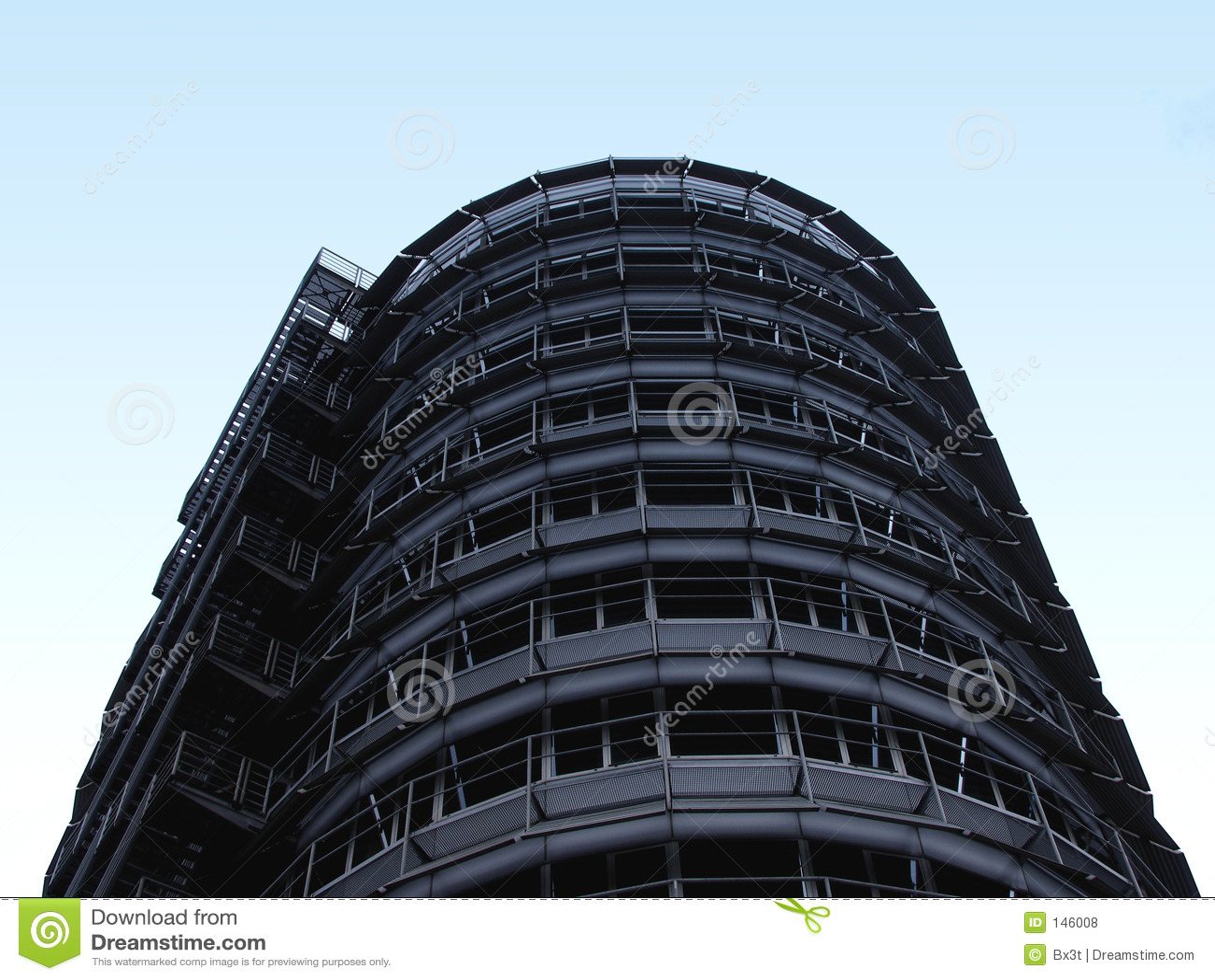 Stahlgebäude im Himmel