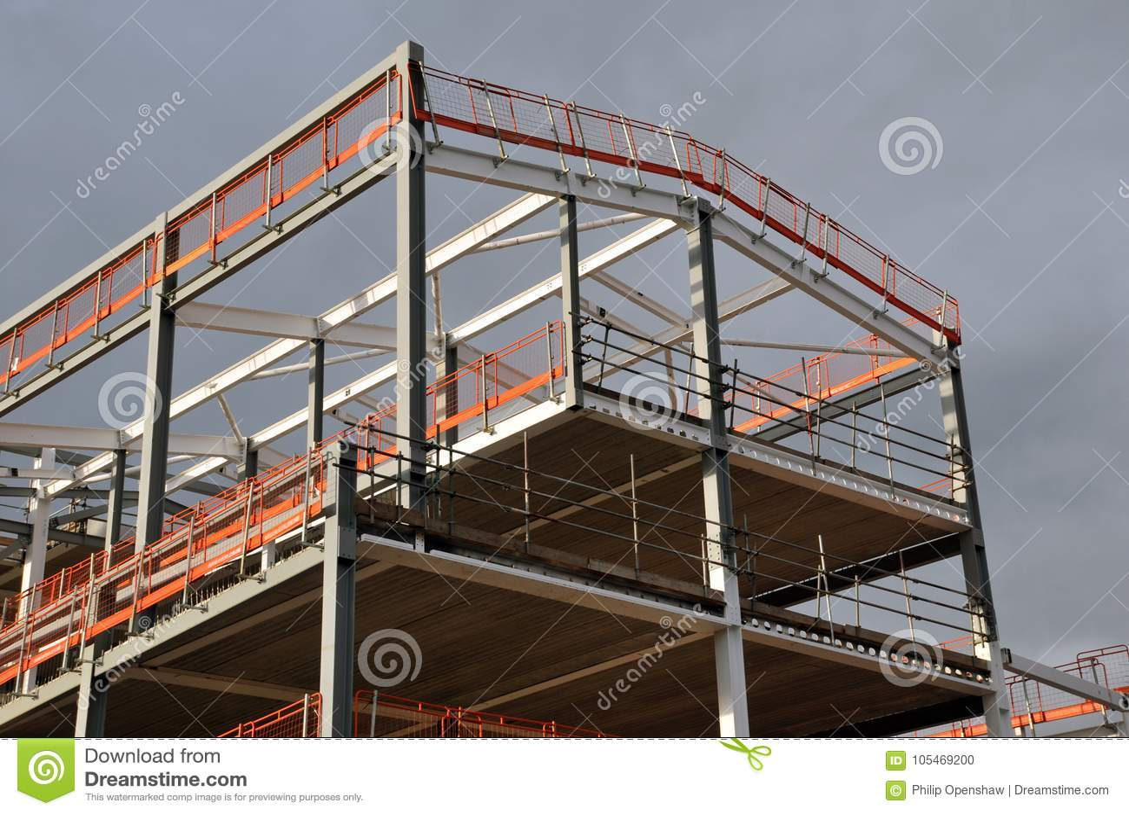 Stahlrahmen Und Dach Eines Gebäudes Im Bau Stockfoto - Bild von ...