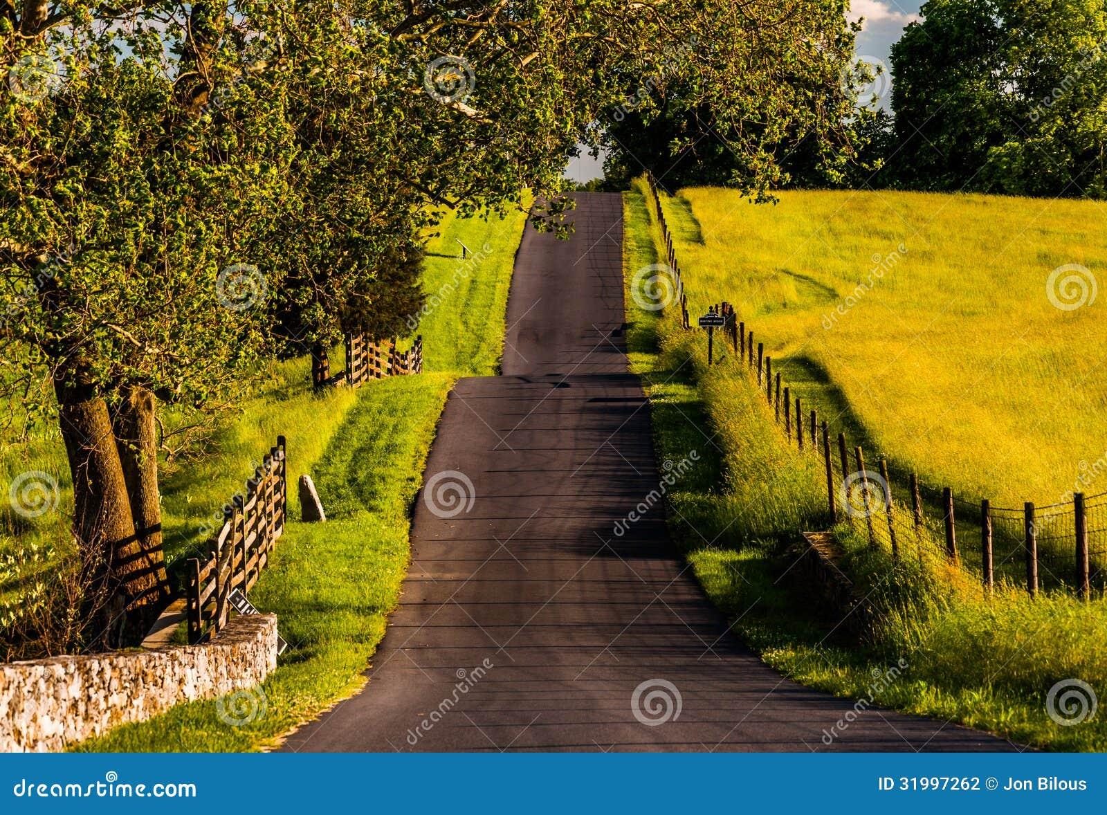 Staket och lantgårdfält längs en bergig väg i Antietam medborgareslagfält