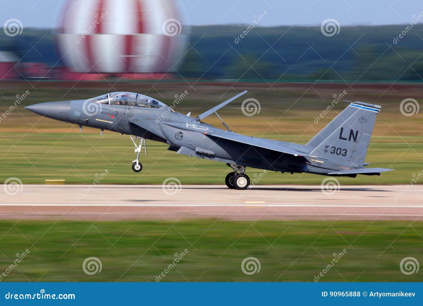 Staking Eagle van McDonnell Douglas F-15E beëindigde enkel demonstratievlucht in Zhukovsky tijdens maks-2011 airshow