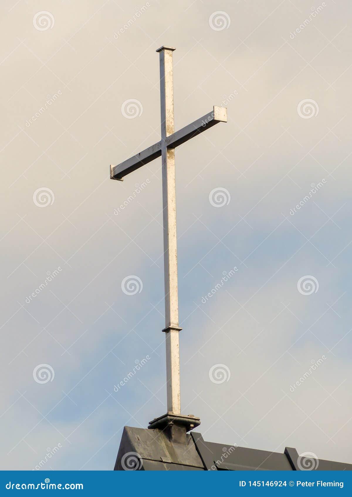 Stal krzyż na górze kościół dachu