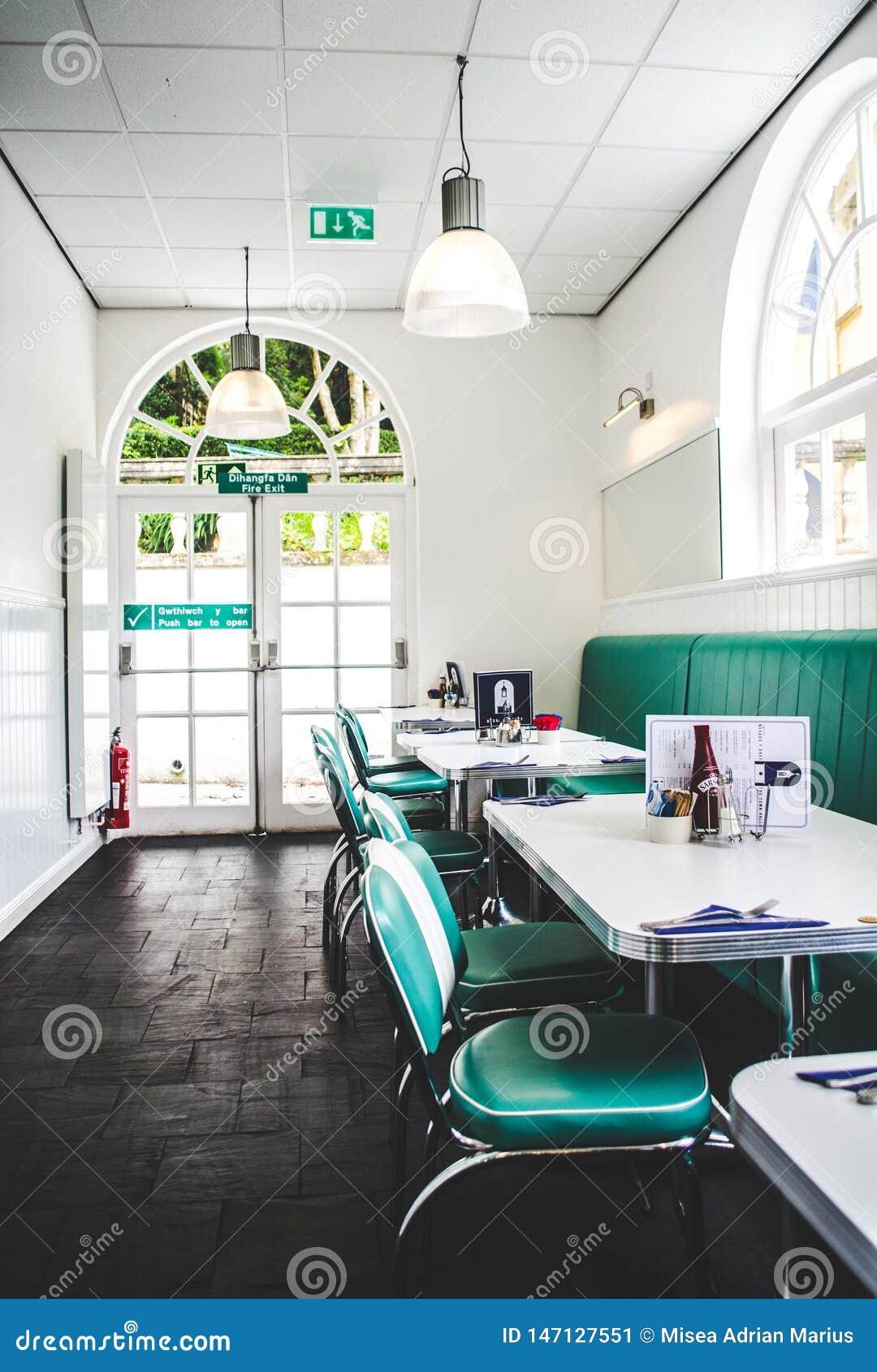 Stal nierdzewna stoły i zieleni krzesła sety