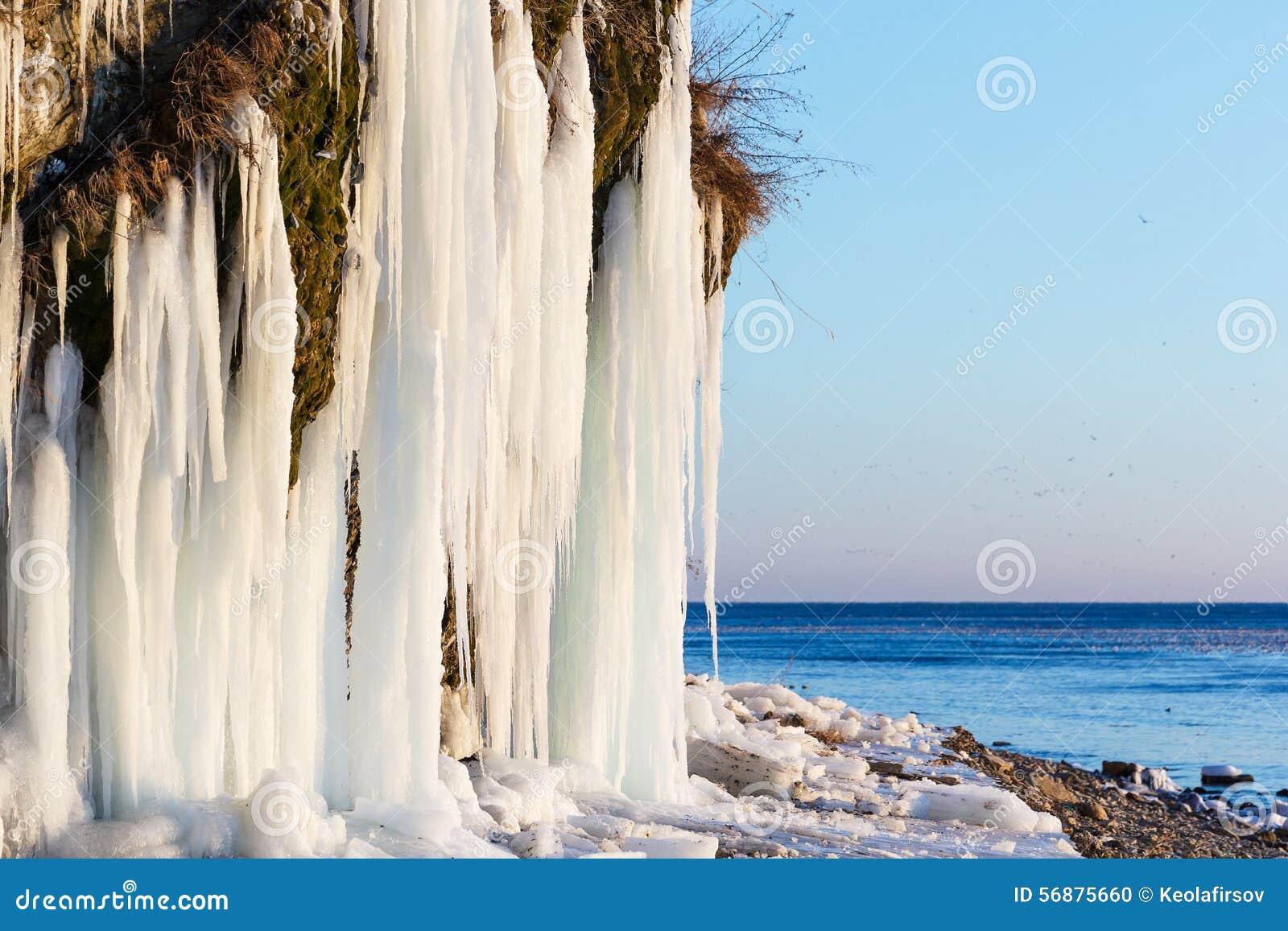 Stalattiti del ghiaccio in Anapa, Russia