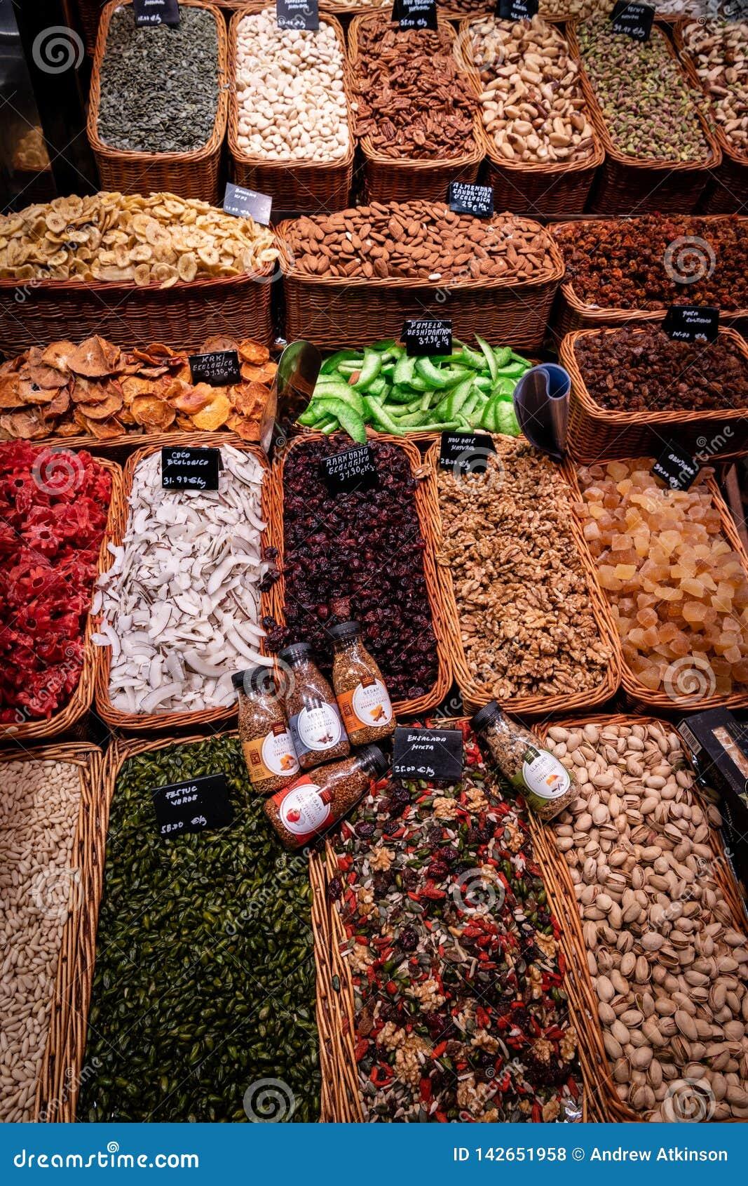 Stalla dello spuntino ai mercati Barcellona di Rambla della La