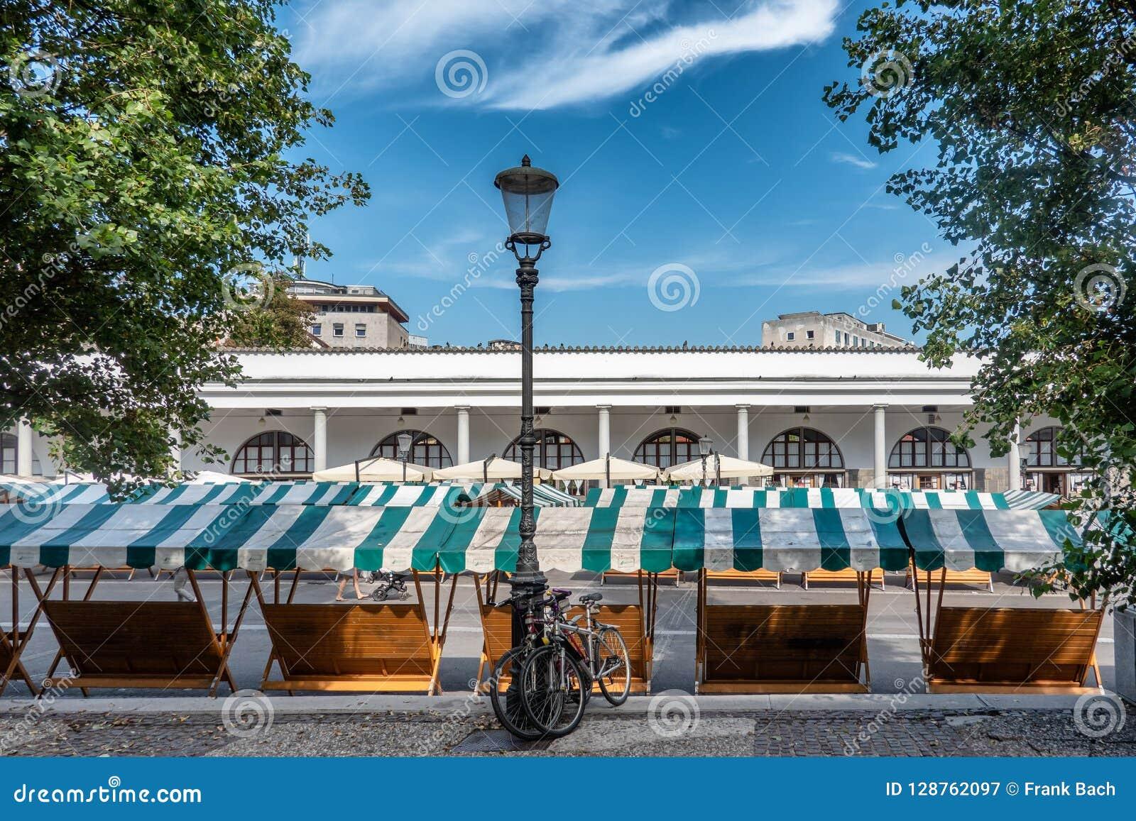 Stalla vacío en el mercado central de Ljubljana en Eslovenia