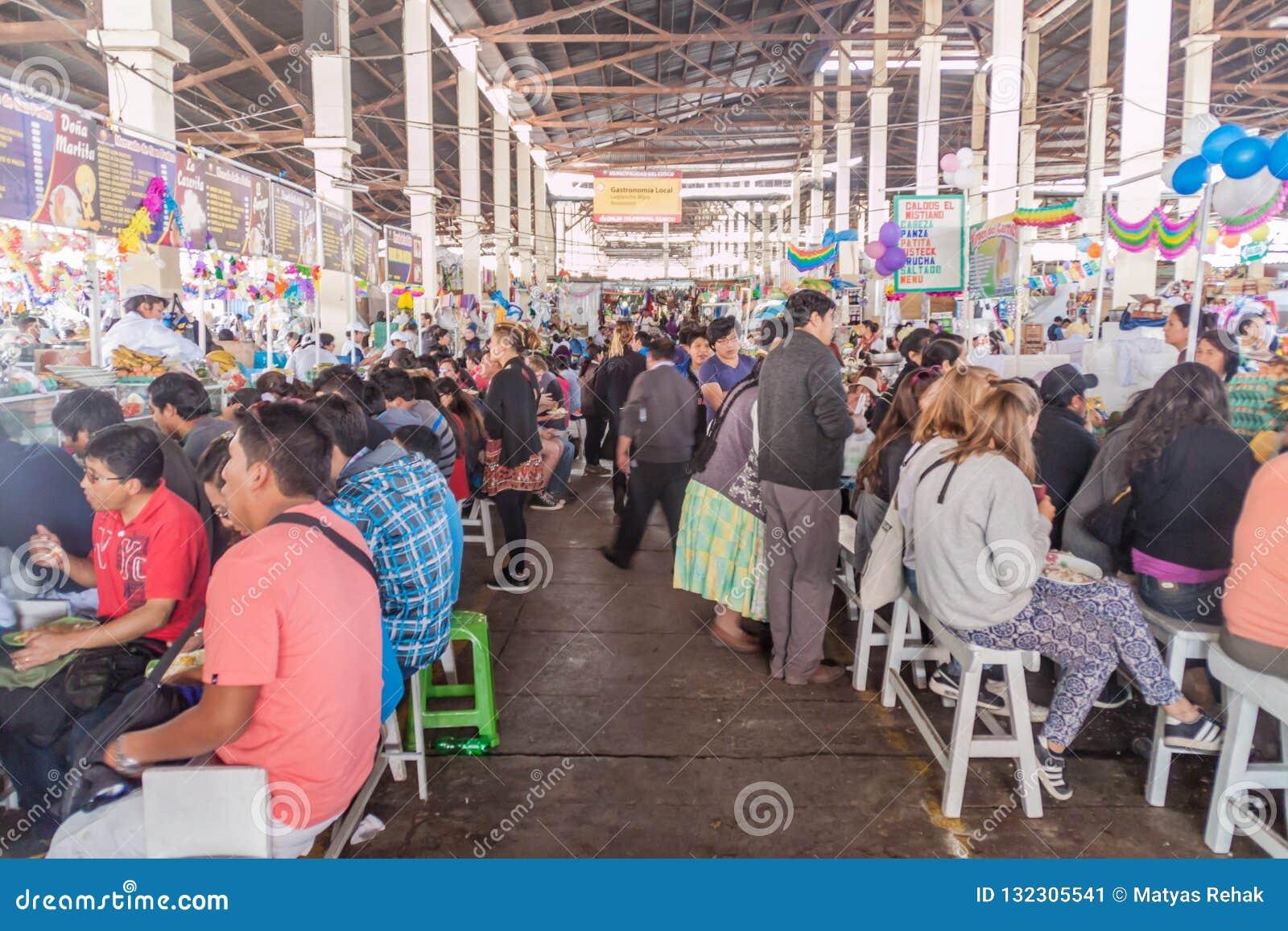 Stalles de nourriture sur le marché de Mercado San Pedro dans Cuzco