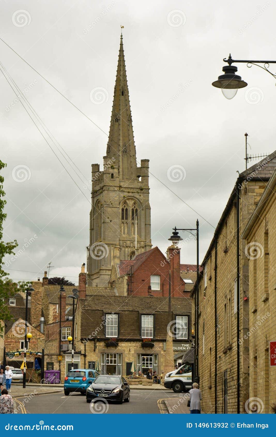 STAMFORD, VEREINIGTES KÖNIGREICH, am 31. Mai 2019 - Straße, die zu die Kirche der Heiligen Maria in Stamford, England führt