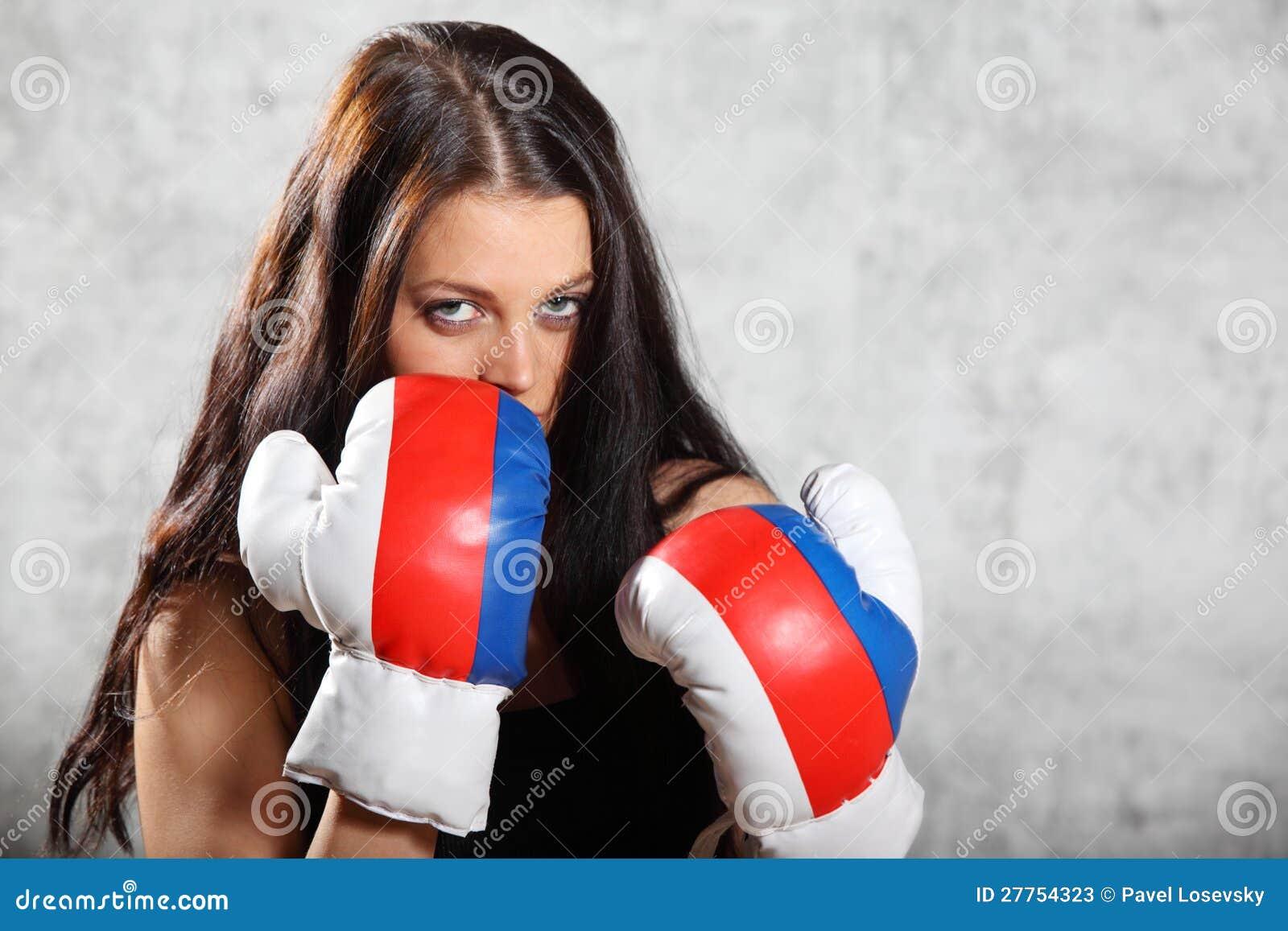Stand de fille de Brunette dans l armoire de boxe