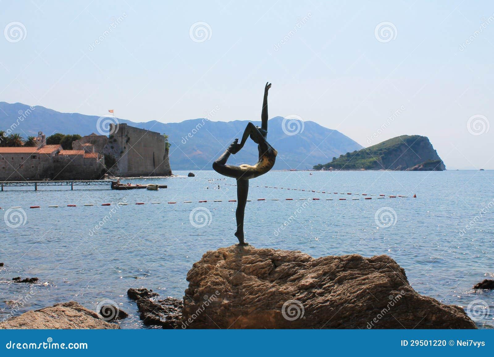 Standbeeld in de kust van Budva