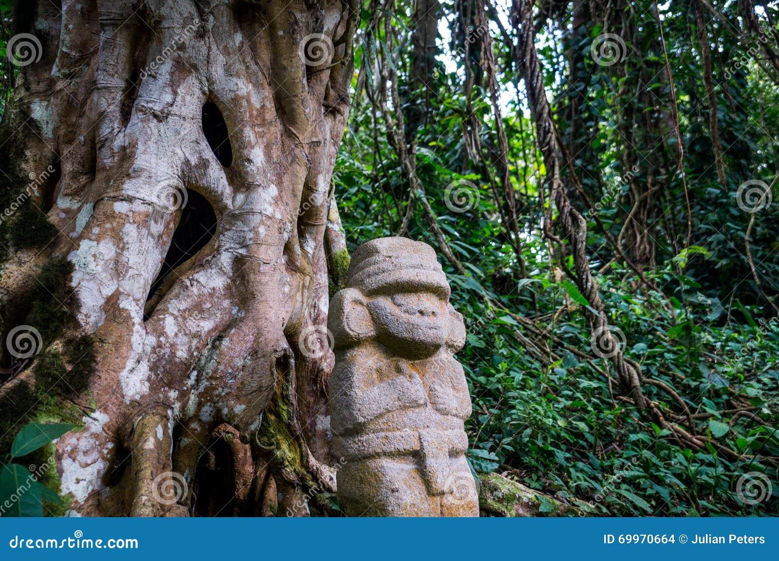 Standbeeld in het regenwoud in San Agustin