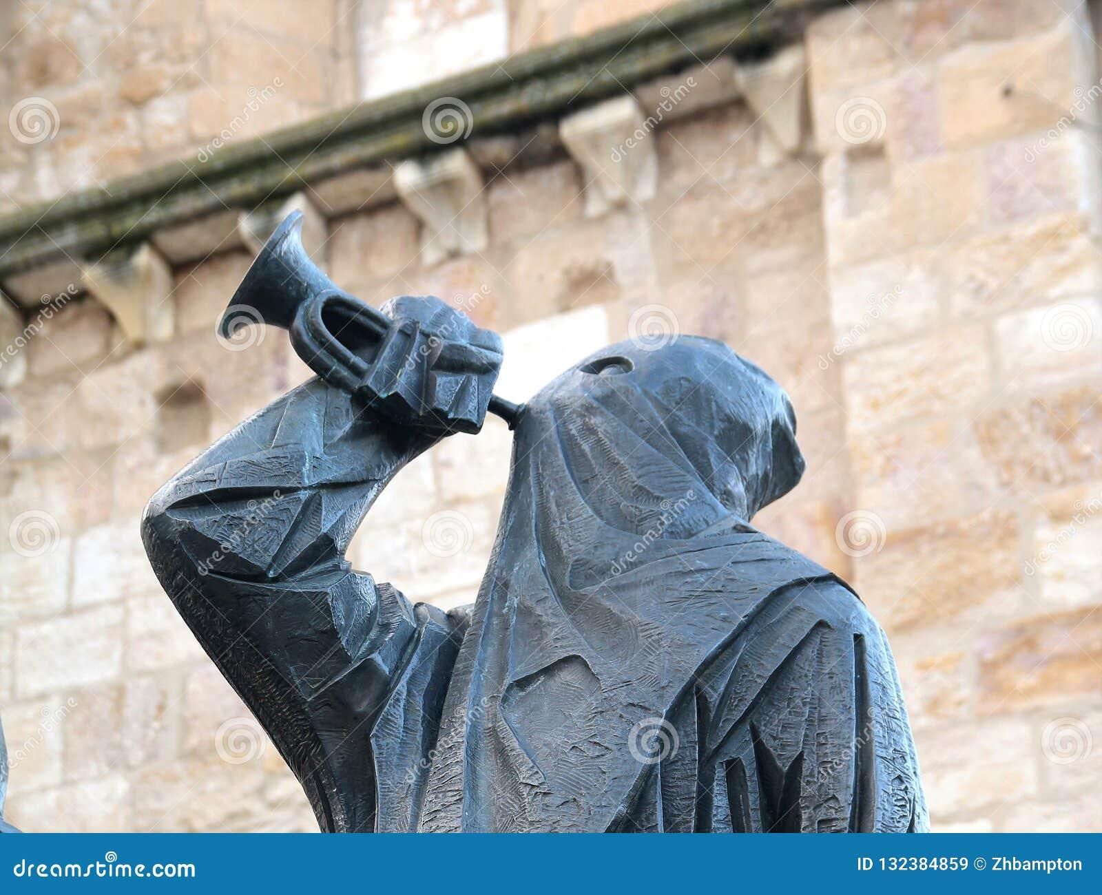 Standbeeld met een kap door de kathedraal in centrale Zamora Spanje