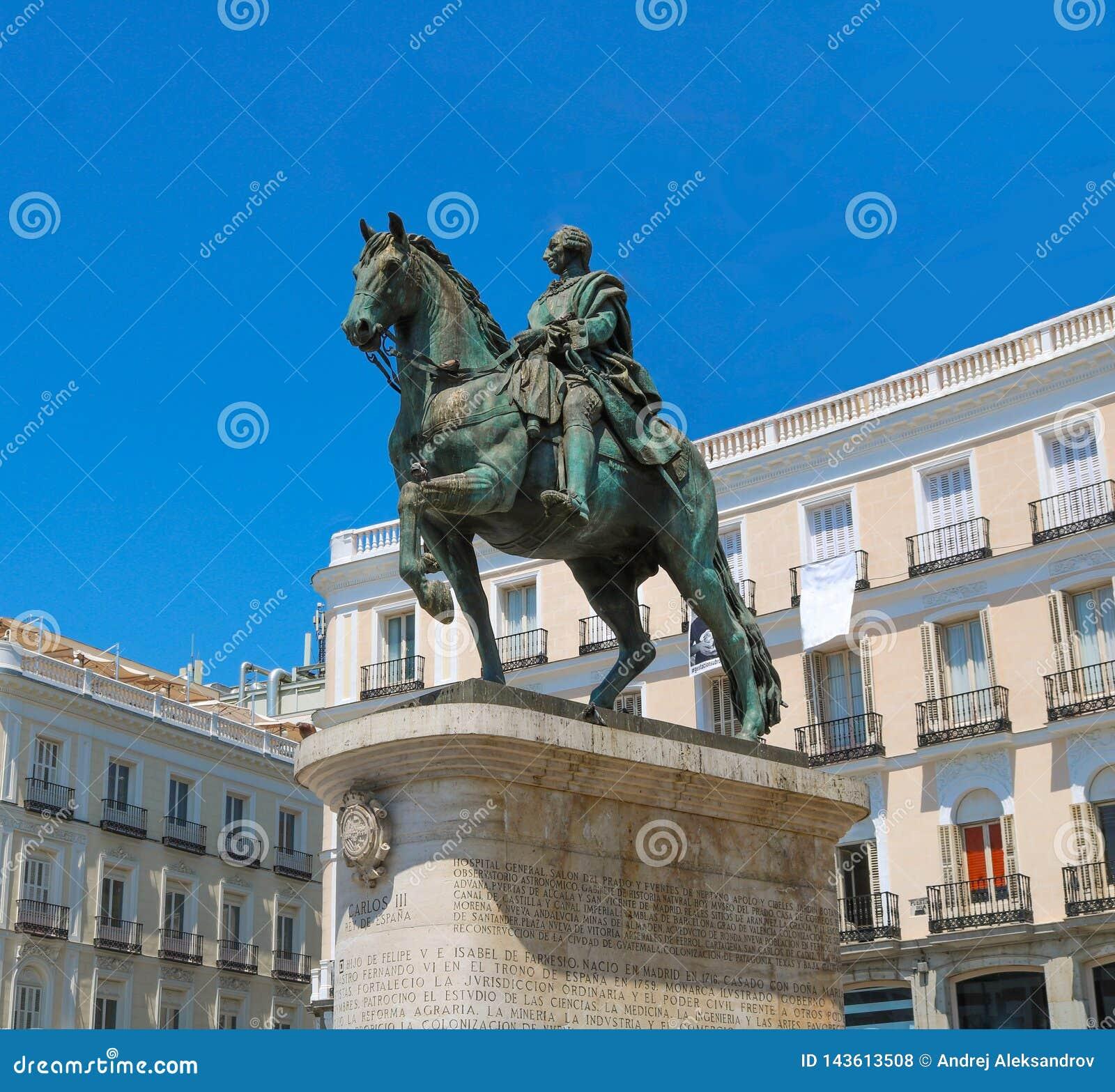 Standbeeld van Carlos het derde in puerta del sol, Madrid
