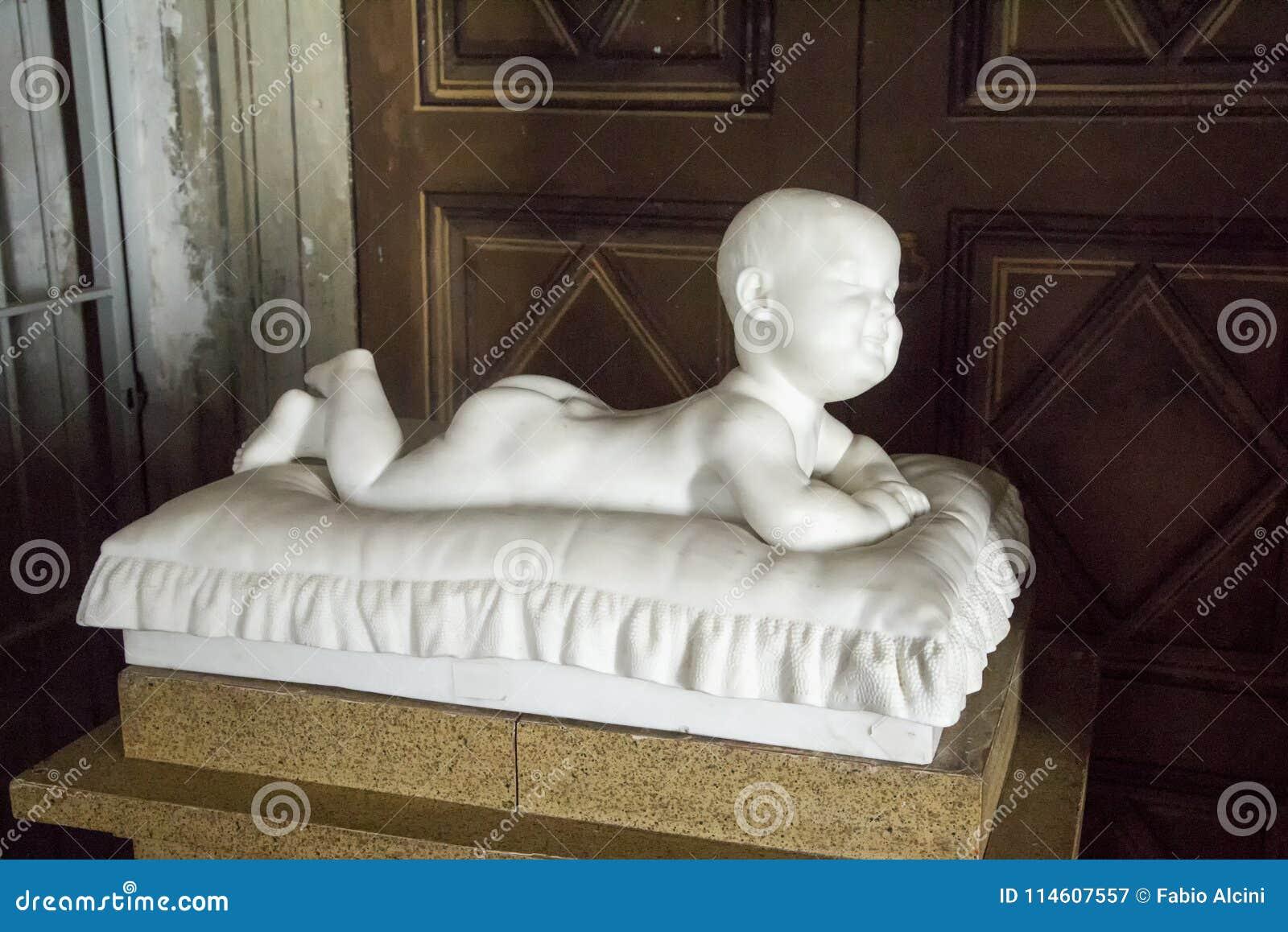 Standbeeld van een baby