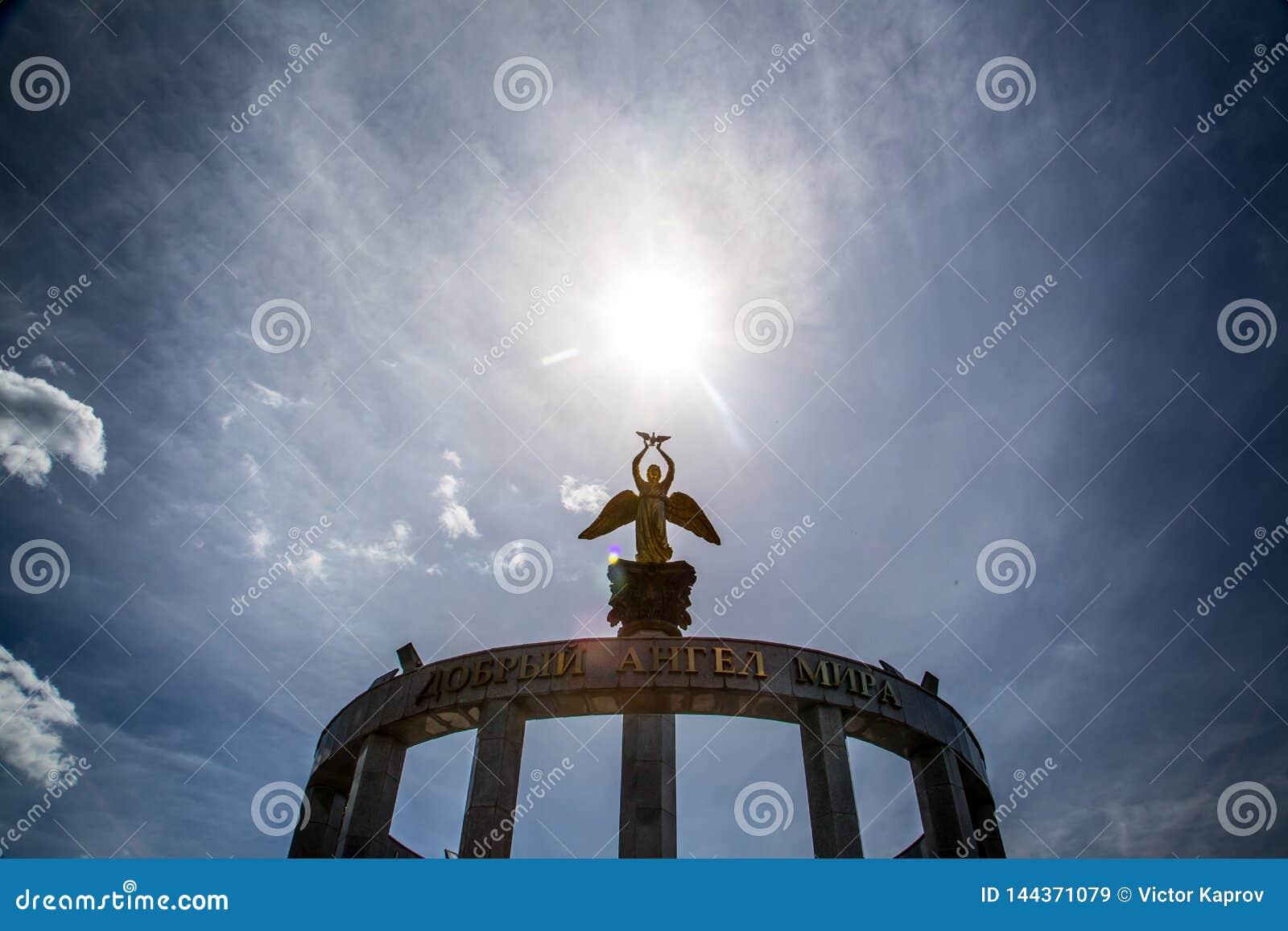 Standbeeld van een engel en de zon boven het