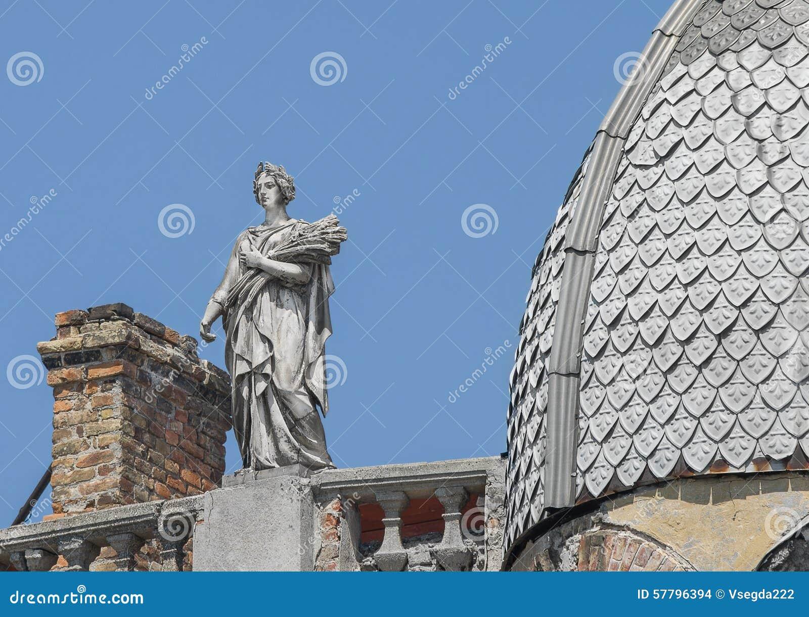 Standbeeld van een vrouw, de godin met een kroon en oren van tarwe