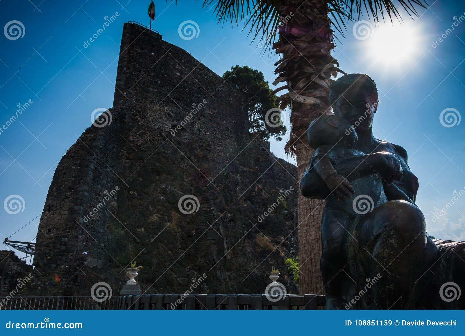 Standbeeld van een vrouw en een kind dichtbij het kasteel in Acicastello