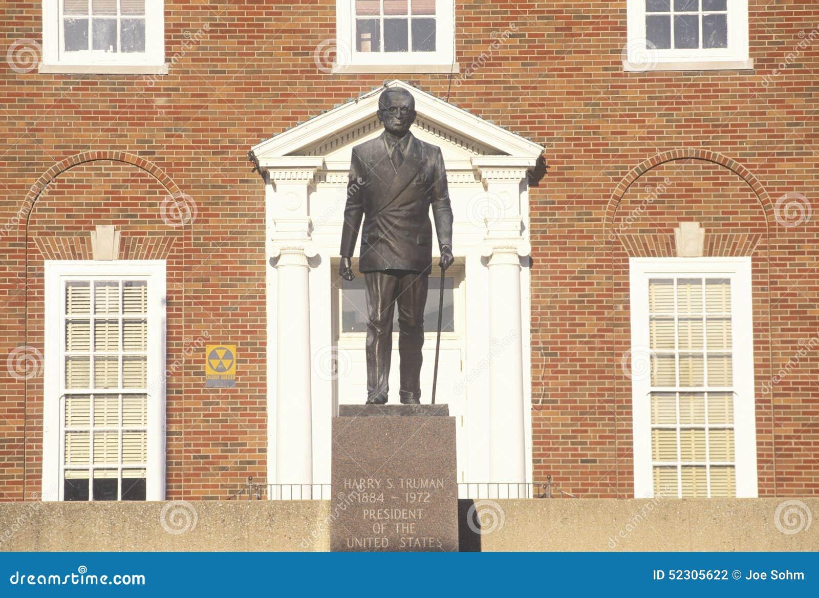 Standbeeld van Harry S Truman bij de ingang aan de Onafhankelijkheid, MO Courthouse