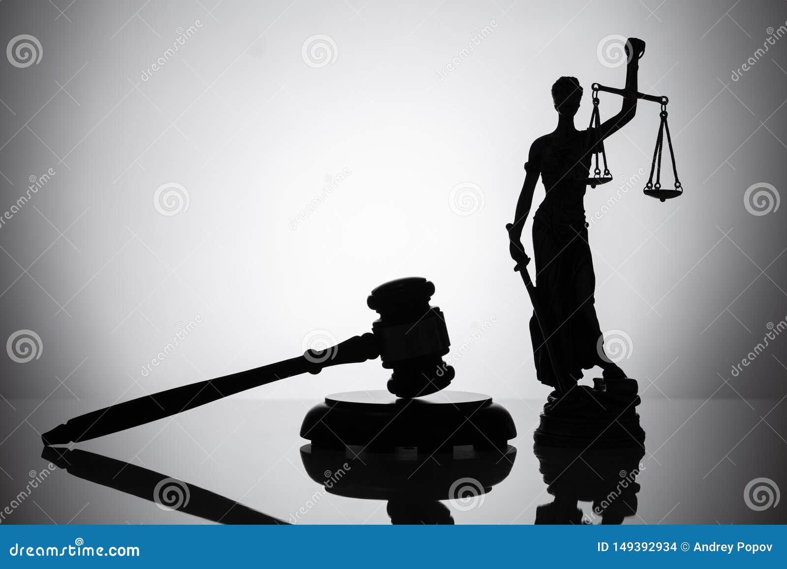 Standbeeld van rechtvaardigheid en hamer