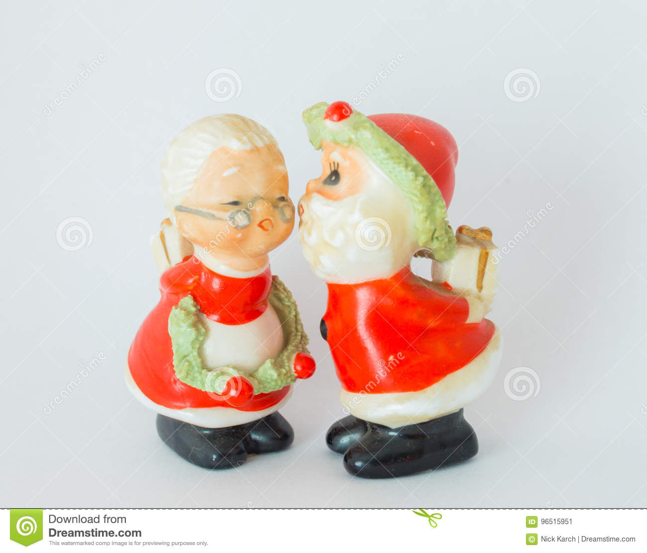 Standbeeld van Santa Claus Kissing Mrs Claus White Background