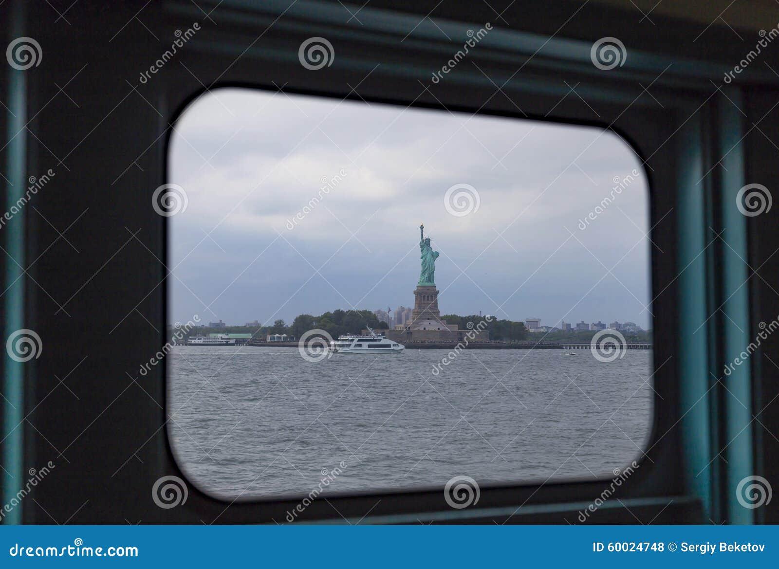 Standbeeld van Vrijheid in venster wordt zoals die van Staten Island-veerboot wordt gezien ontworpen die