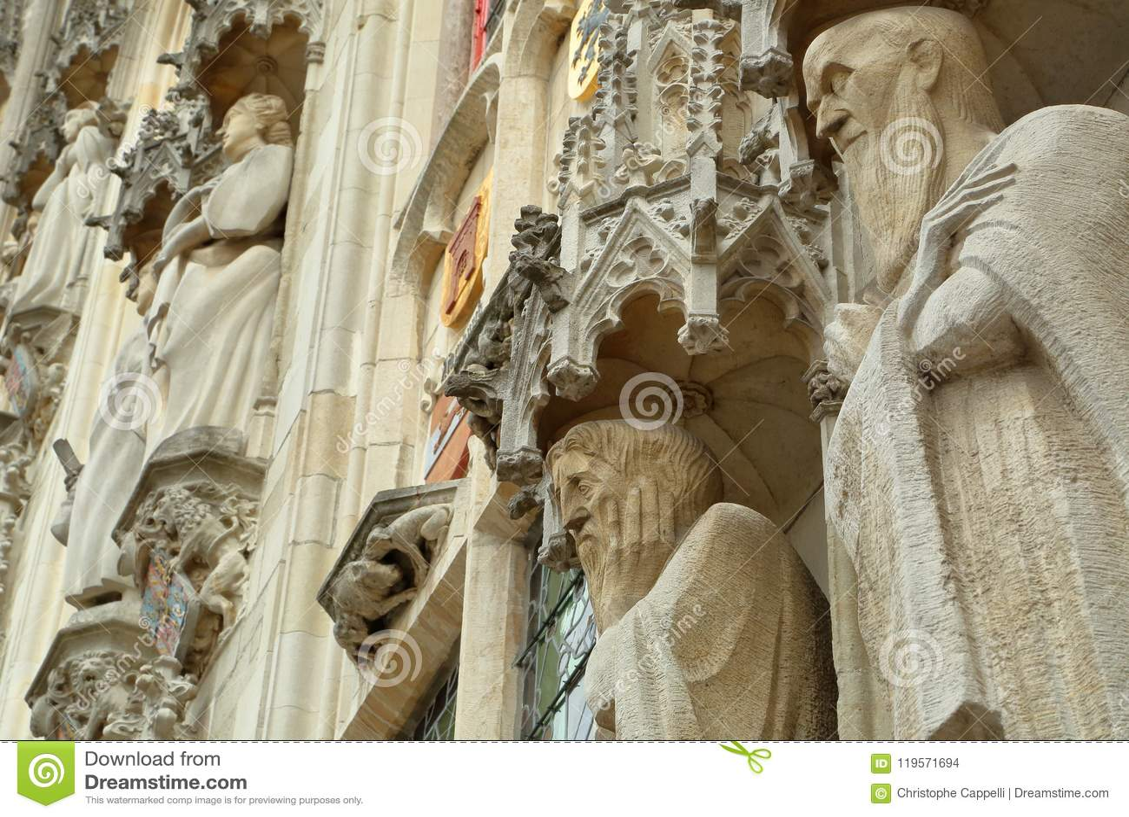 Standbeelden op de voorgevel van het Stadhuis op Burg-Vierkant in Brugge