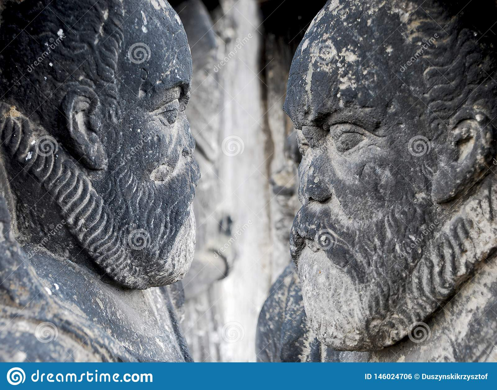 Standbeelden van menselijke die cijfers van steen worden gemaakt