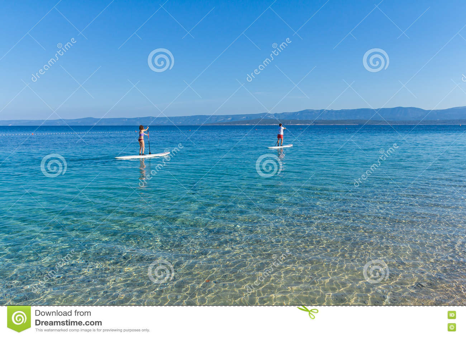 Standup paddle interny przy Zlatni szczura plażą, Chorwacja