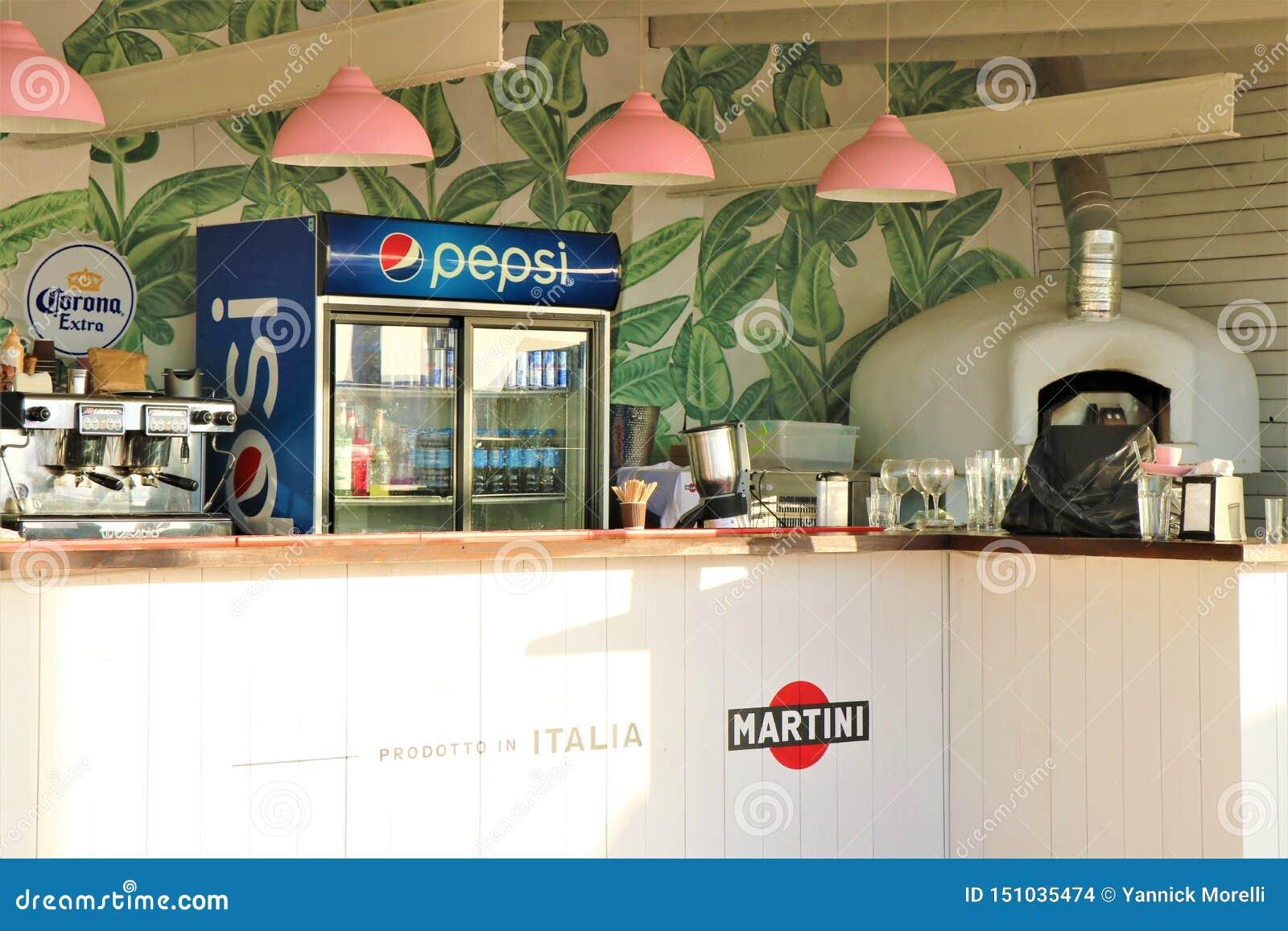 Stange im Freien mit Zähler und Pepsi-Kühlschrank