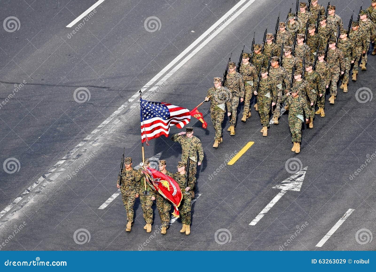 Stany Zjednoczone żołnierze piechoty morskiej maszeruje przy militarną paradą
