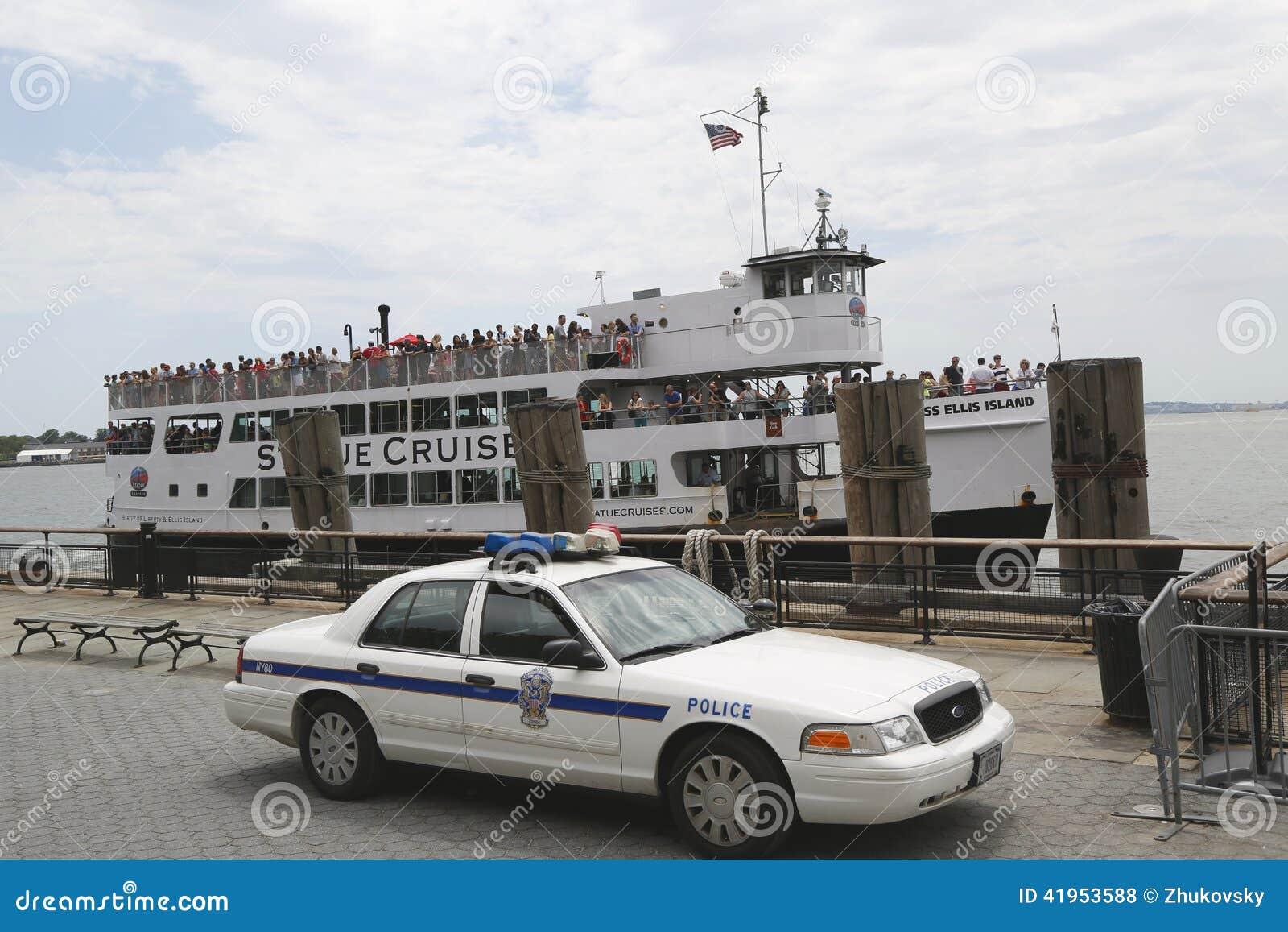 Stany Zjednoczone parka Milicyjna providing ochrona przy statuą Pływa statkiem terminal w Manhattan