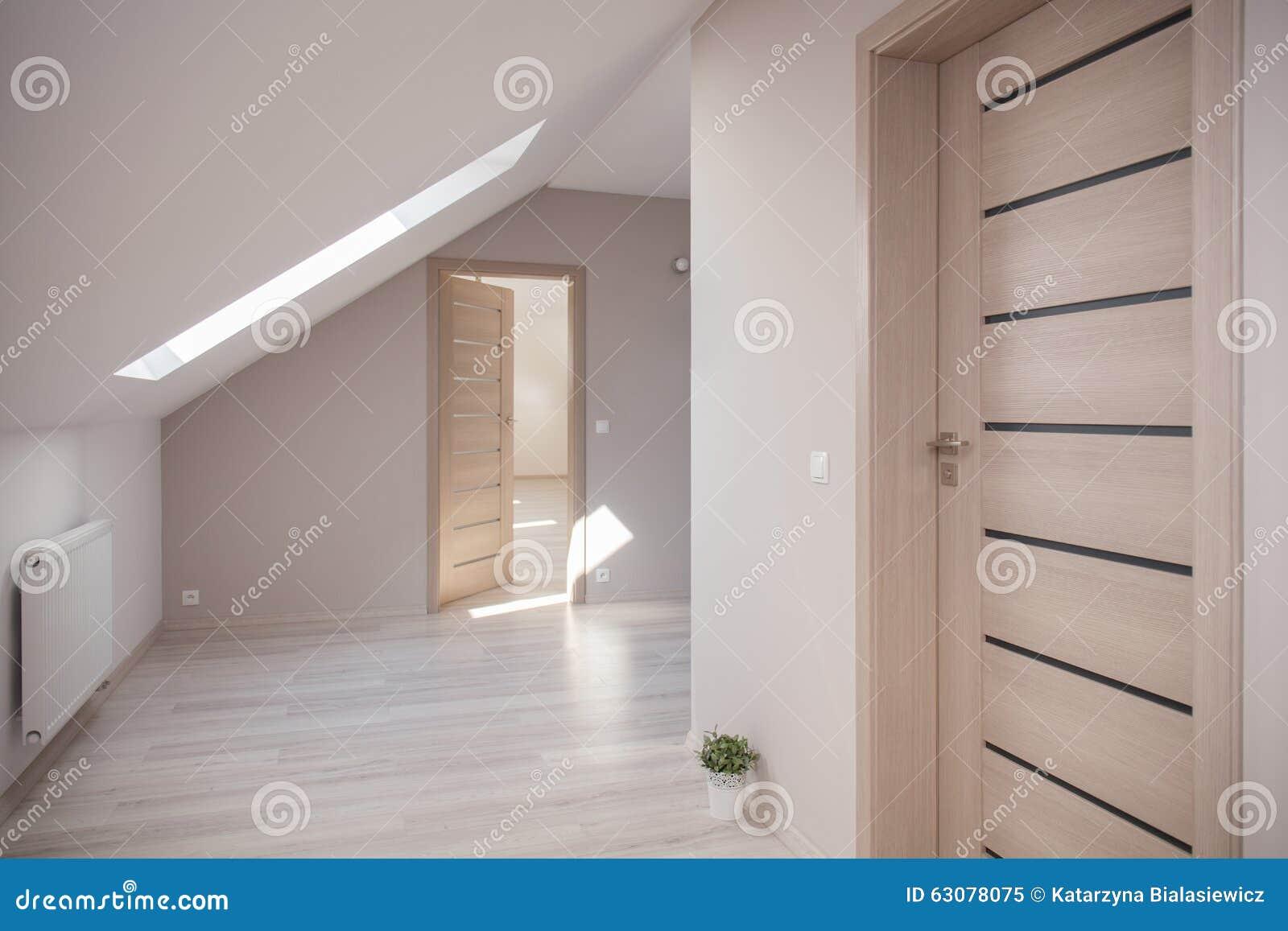 Da Luce Alla Soffitta stanza beige alla soffitta immagine stock. immagine di