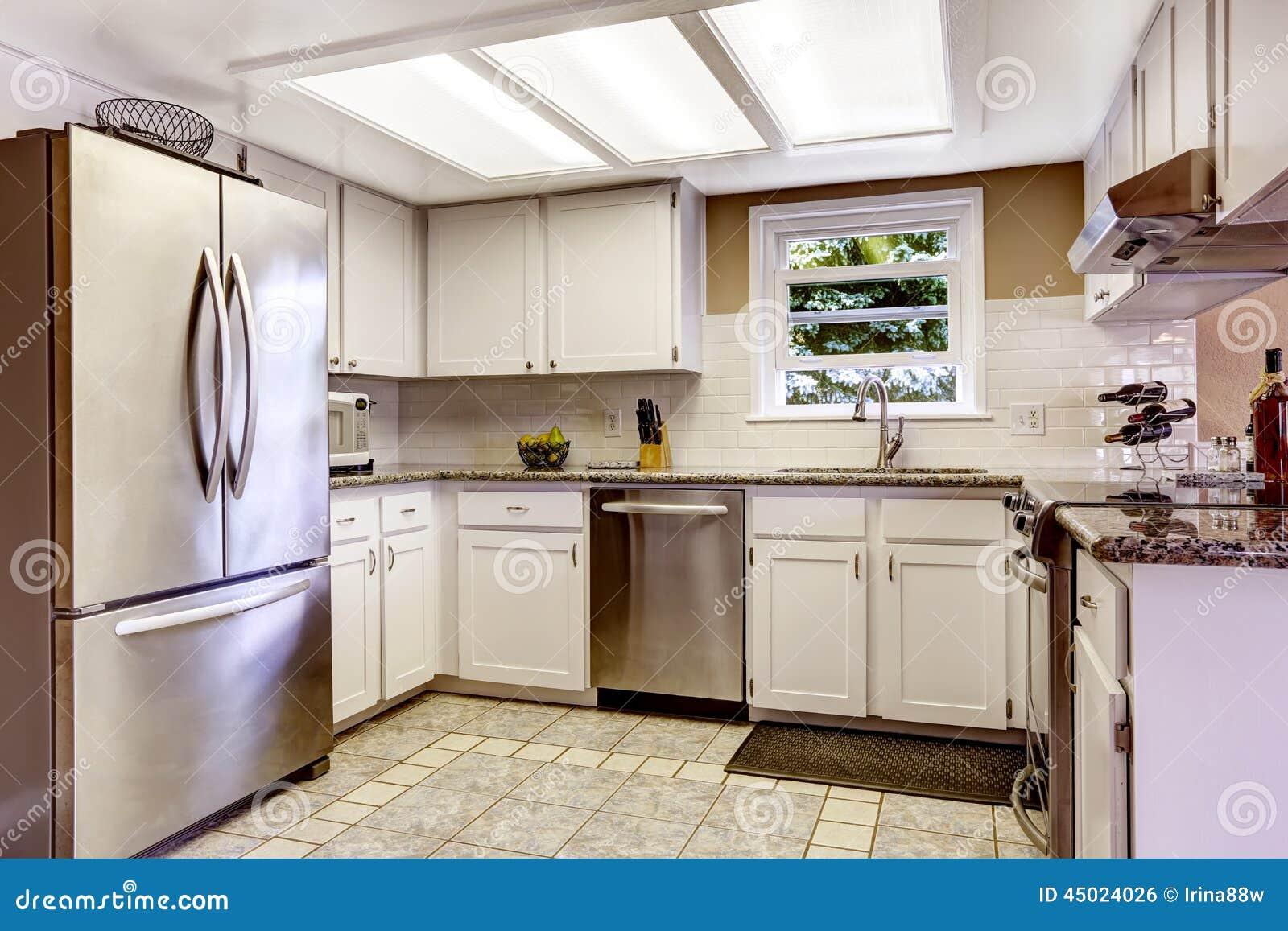 Cucina Con Mattonelle.Stanza Bianca Della Cucina Con Gli Apparecchi D Acciaio E Il