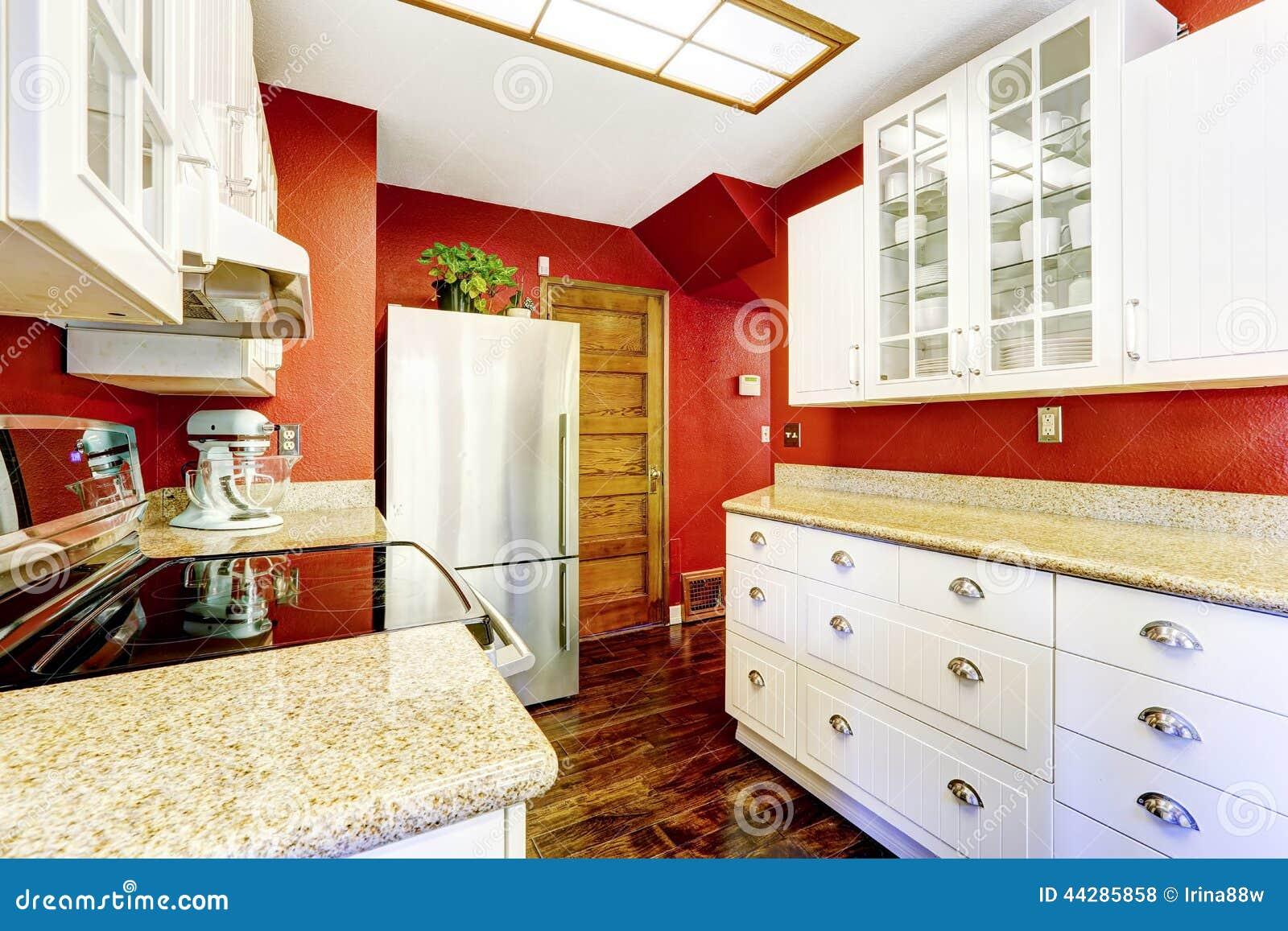 Pareti Cucina Bianca : Stanza bianca della cucina con le pareti rosse luminose di