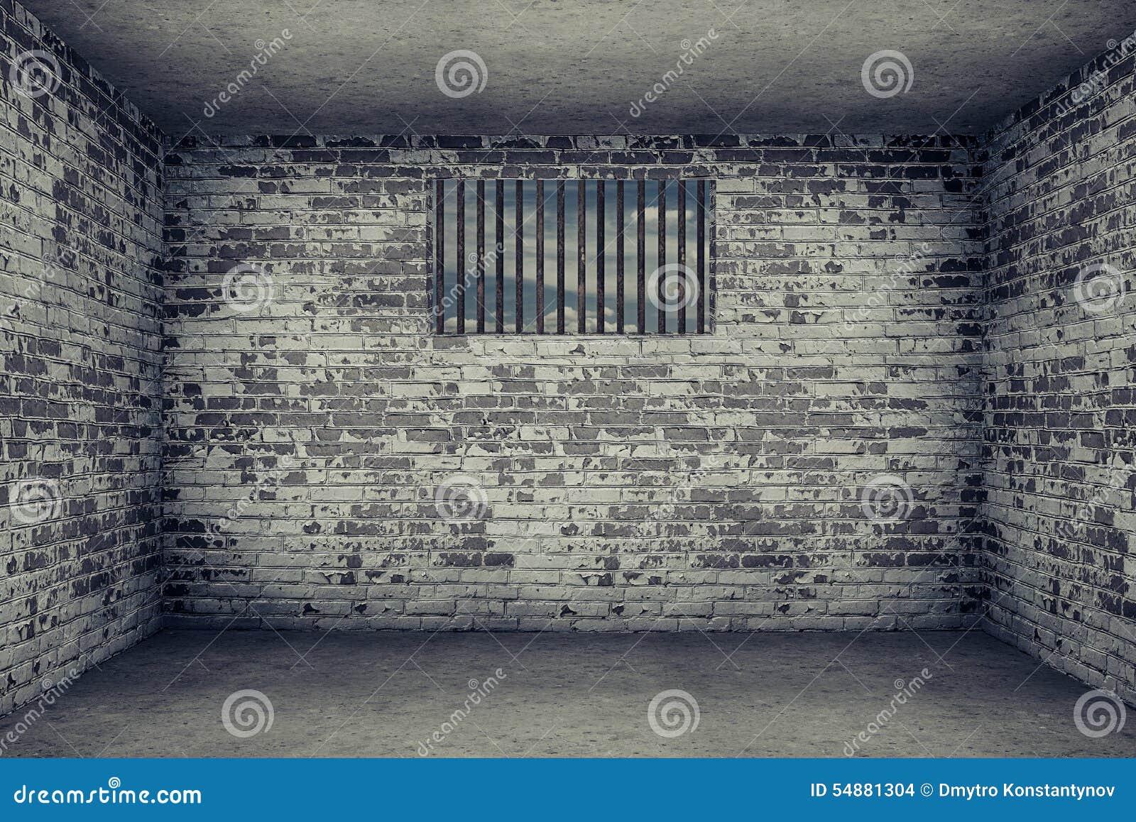 Stanza con il muro di mattoni e la piccola finestra