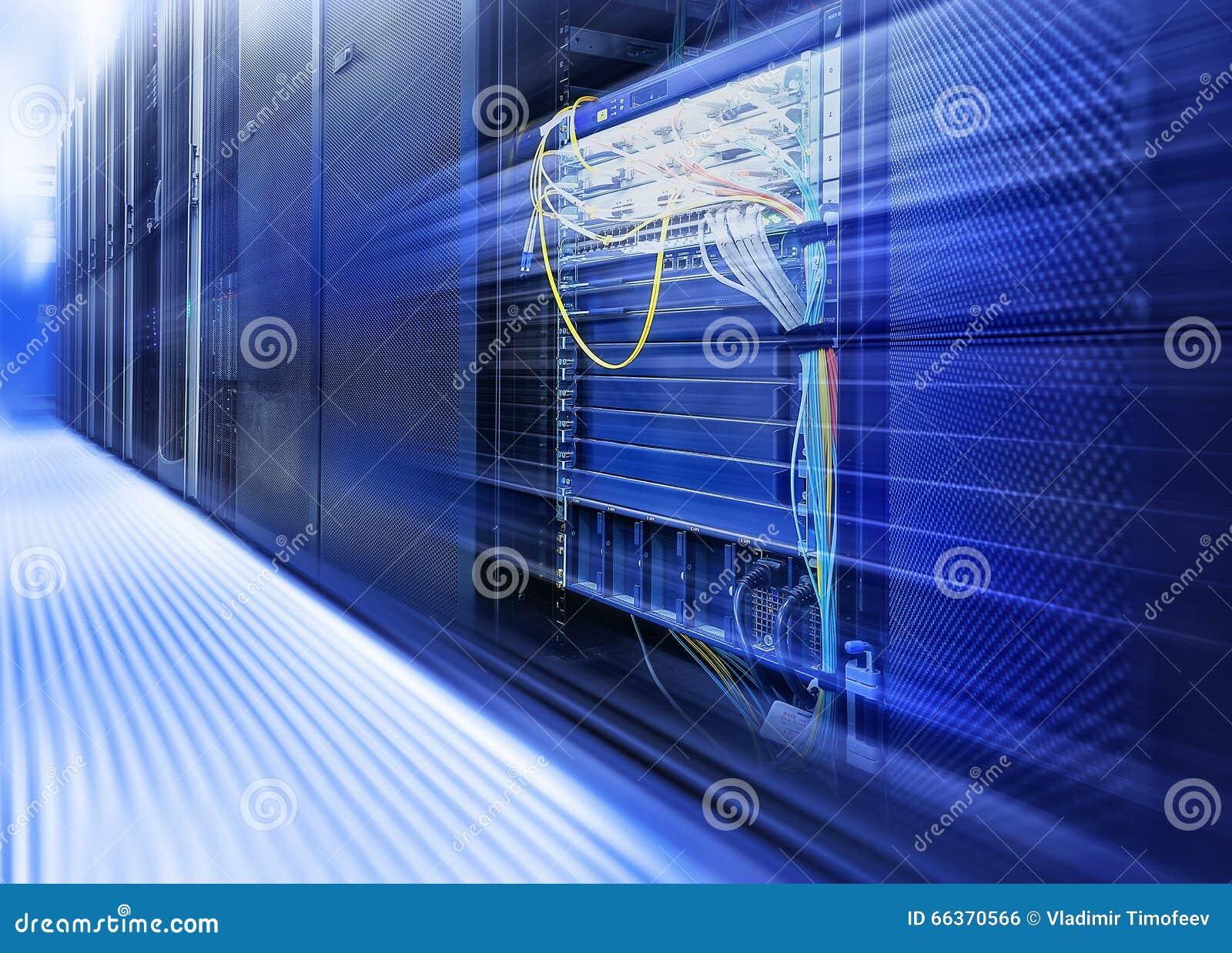 Stanza con le file dell hardware del server