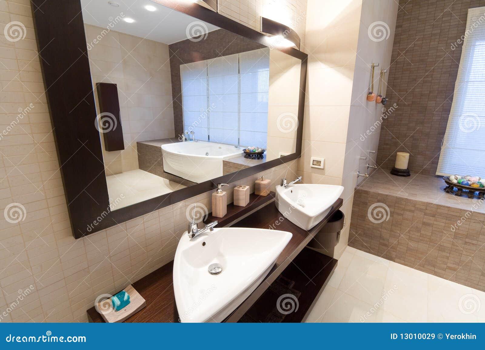 Stanza da bagno immagine stock immagine di illuminazione for Stanza da bagno