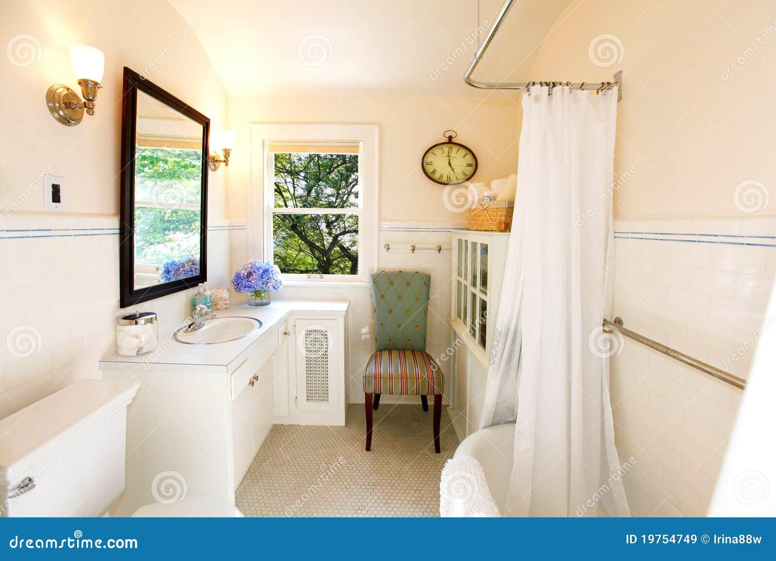 Stanza da bagno antica con la tenda bianca immagine stock for Stanza da bagno