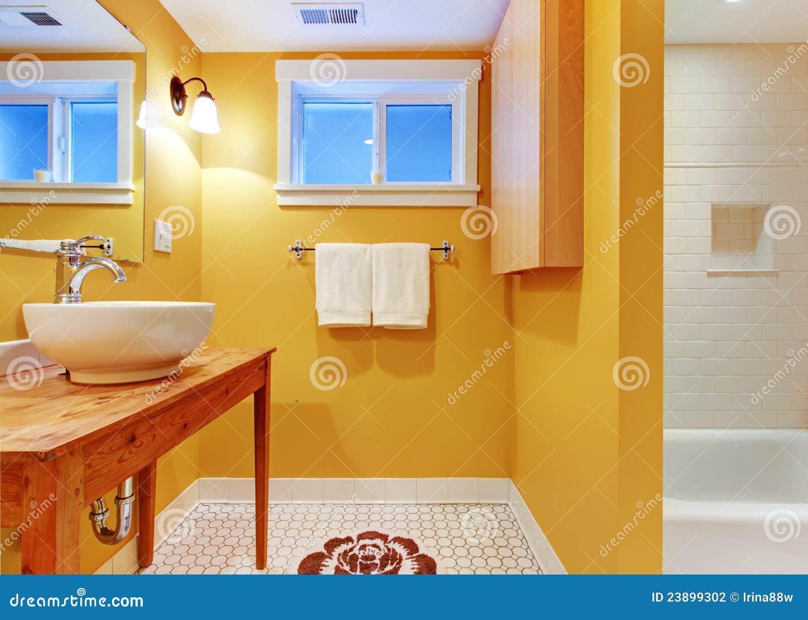 Stanza da bagno arancione con il dispersore moderno - Stanze da bagno moderne ...
