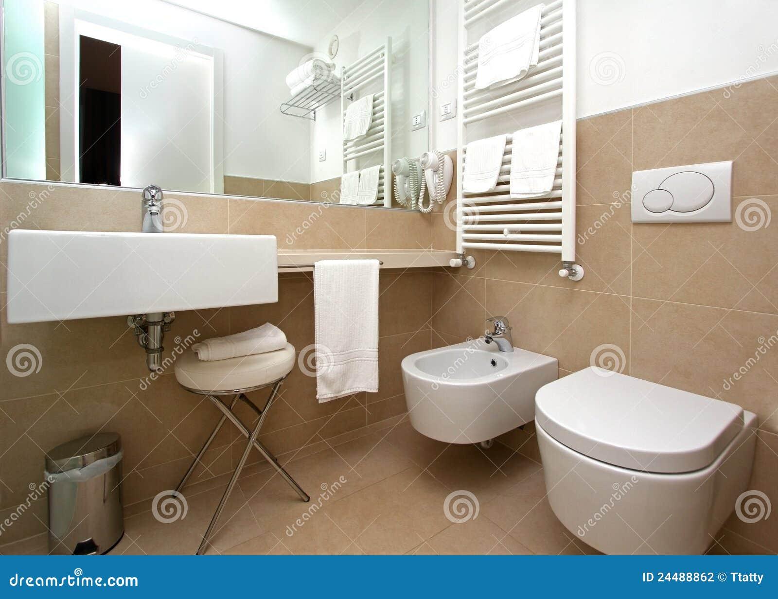 Interiore moderno della stanza da bagno con i dispositivi di ceramica ...