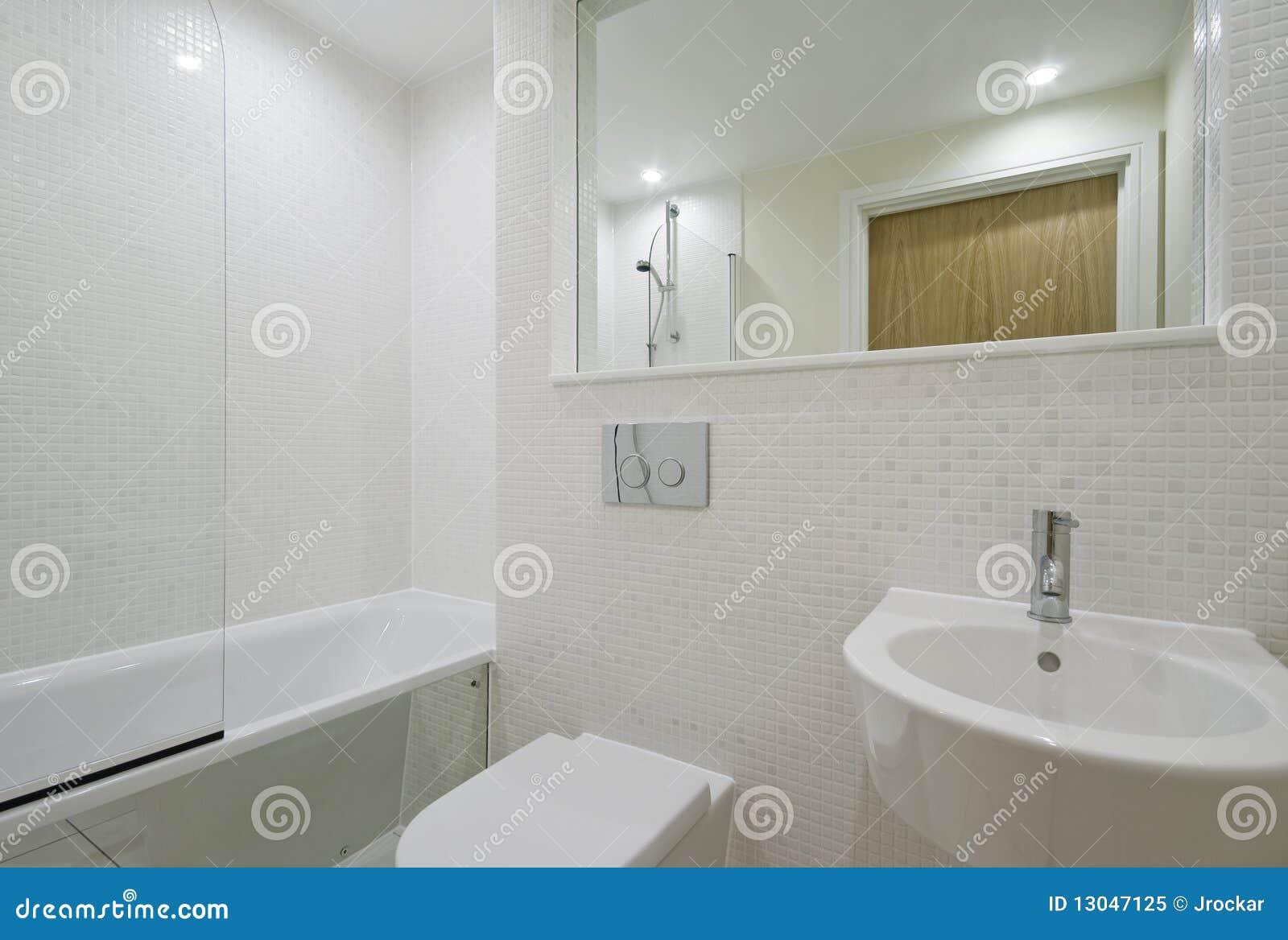 Stanza da bagno bianca immagine stock. Immagine di miscelatore - 13047125