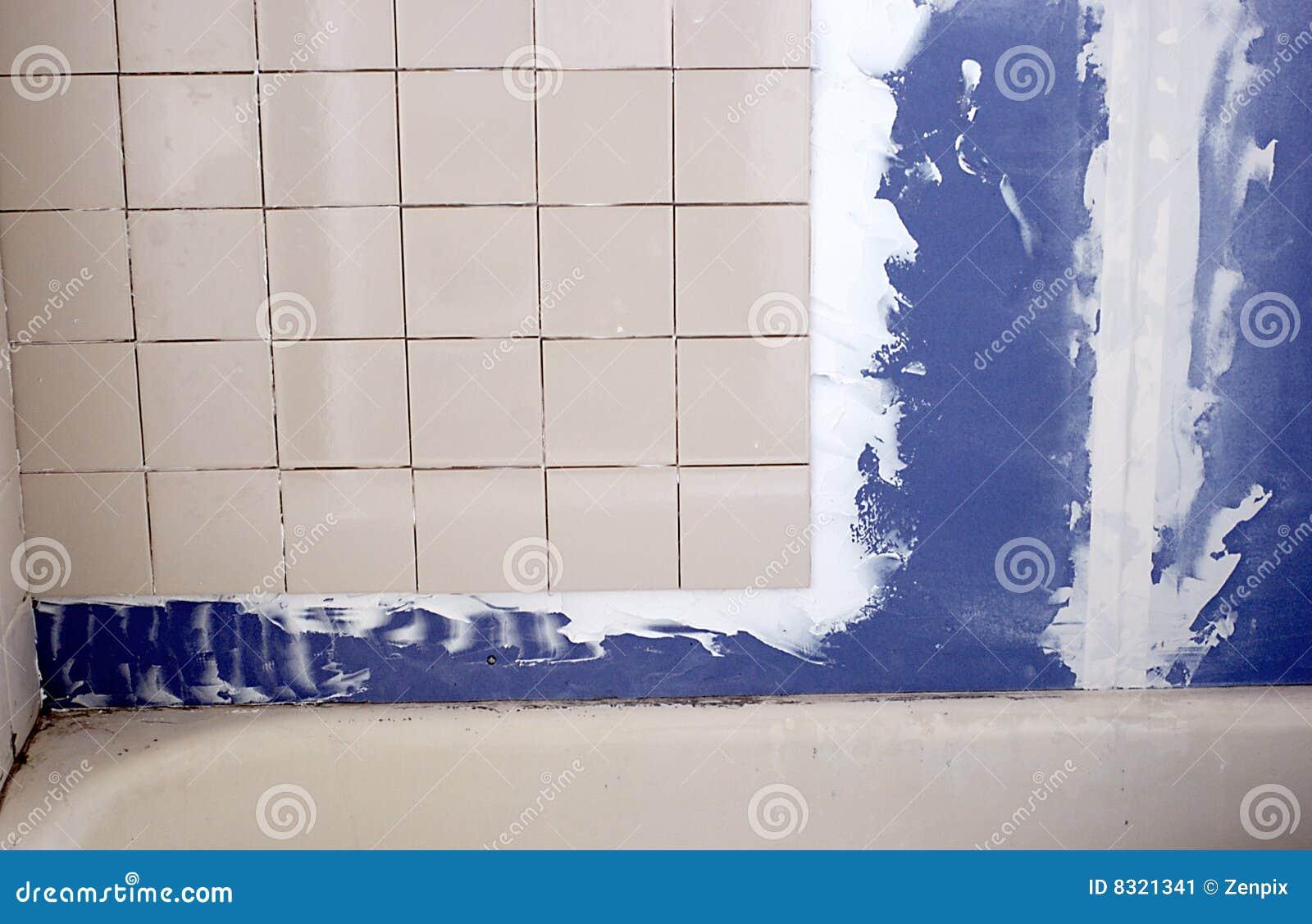 Stanza da bagno che ritocca mattonelle e muro a secco for Mattonelle da muro