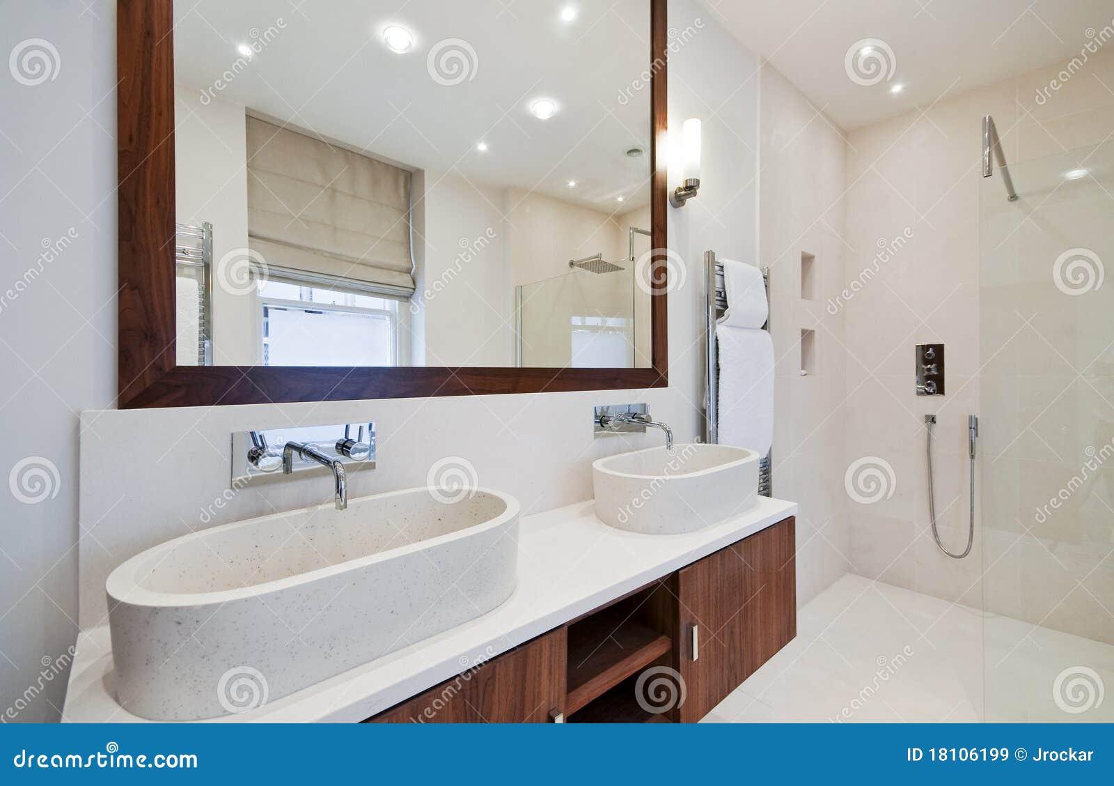 Doppi Lavabi Da Bagno : Stanza da bagno con il doppio lavabo della mano immagine stock