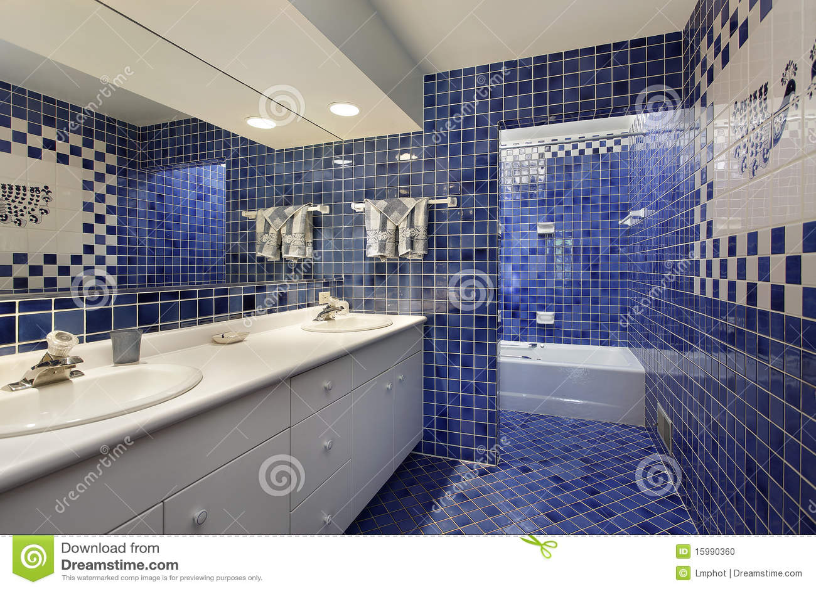 Stanza da bagno con le mattonelle blu fotografia stock - Mattonelle per bagno ...