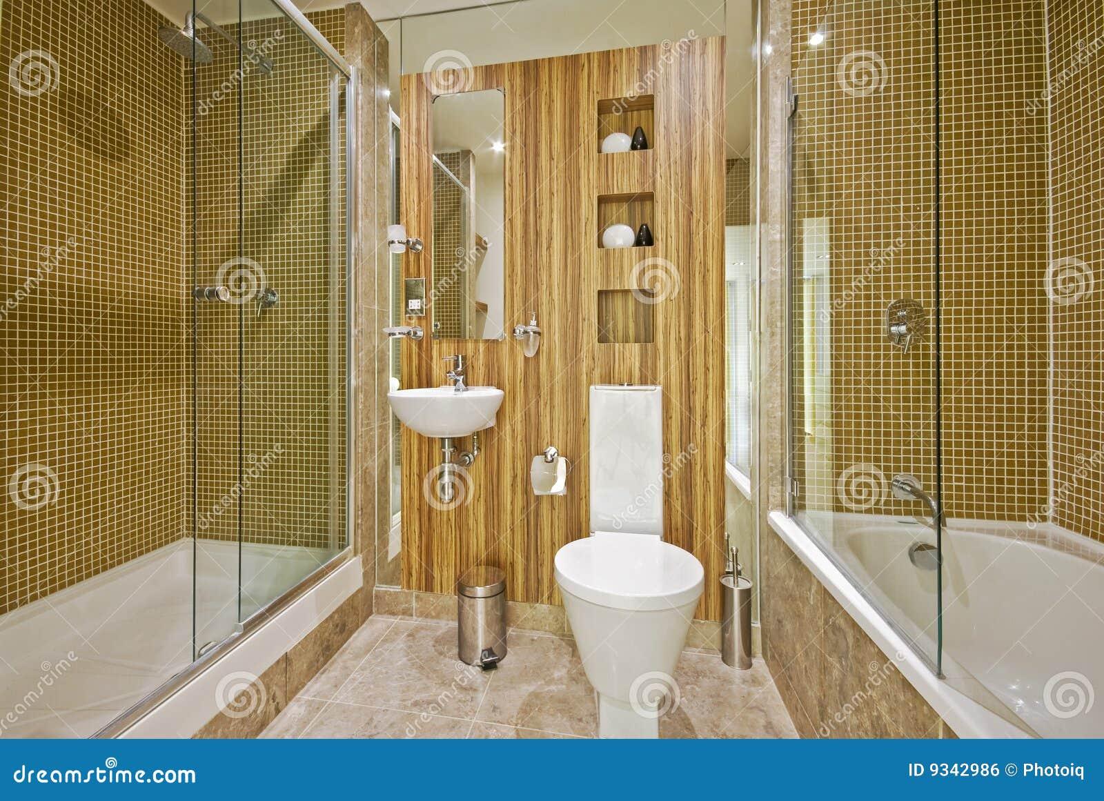 Stanza da bagno con le mattonelle di marmo di mosaico e - Bagno parquet e mosaico ...