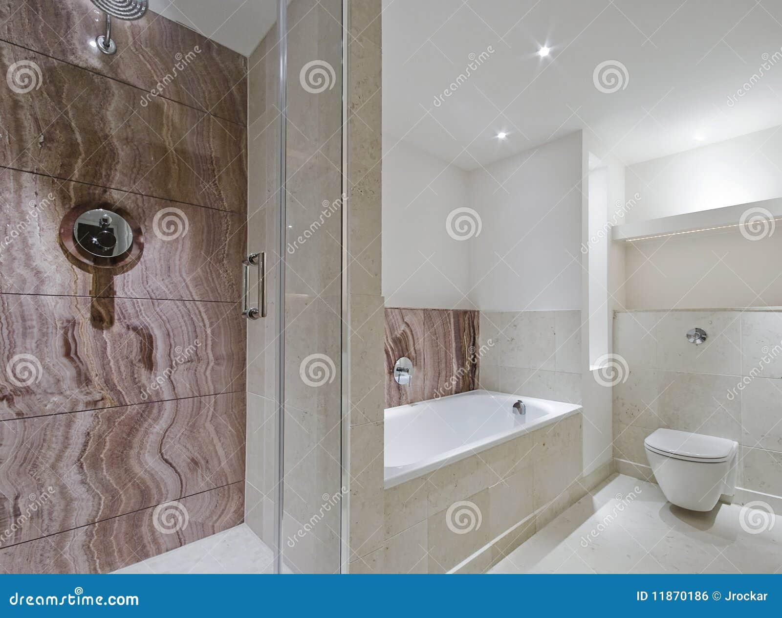 Stanza da bagno contemporanea con i particolari di marmo